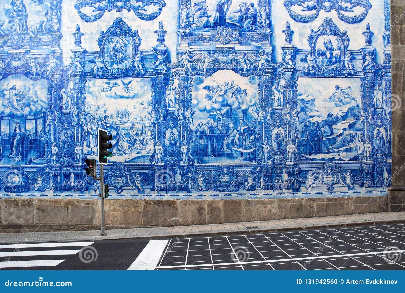 Oporto, Portugal - 19 de mayo de 2018: Teja portuguesa del azulejo en una de las calles de la ciudad vieja de Oporto, Portugal
