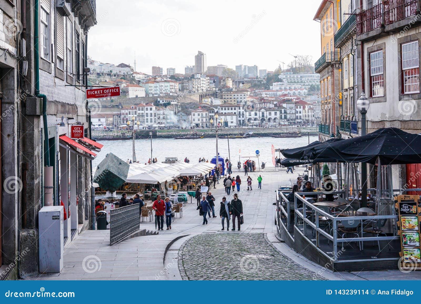 Oporto, Portugal - diciembre de 2018: Cuadrado de Ribeira durante el día, con caminar de la gente y vista al río del Duero