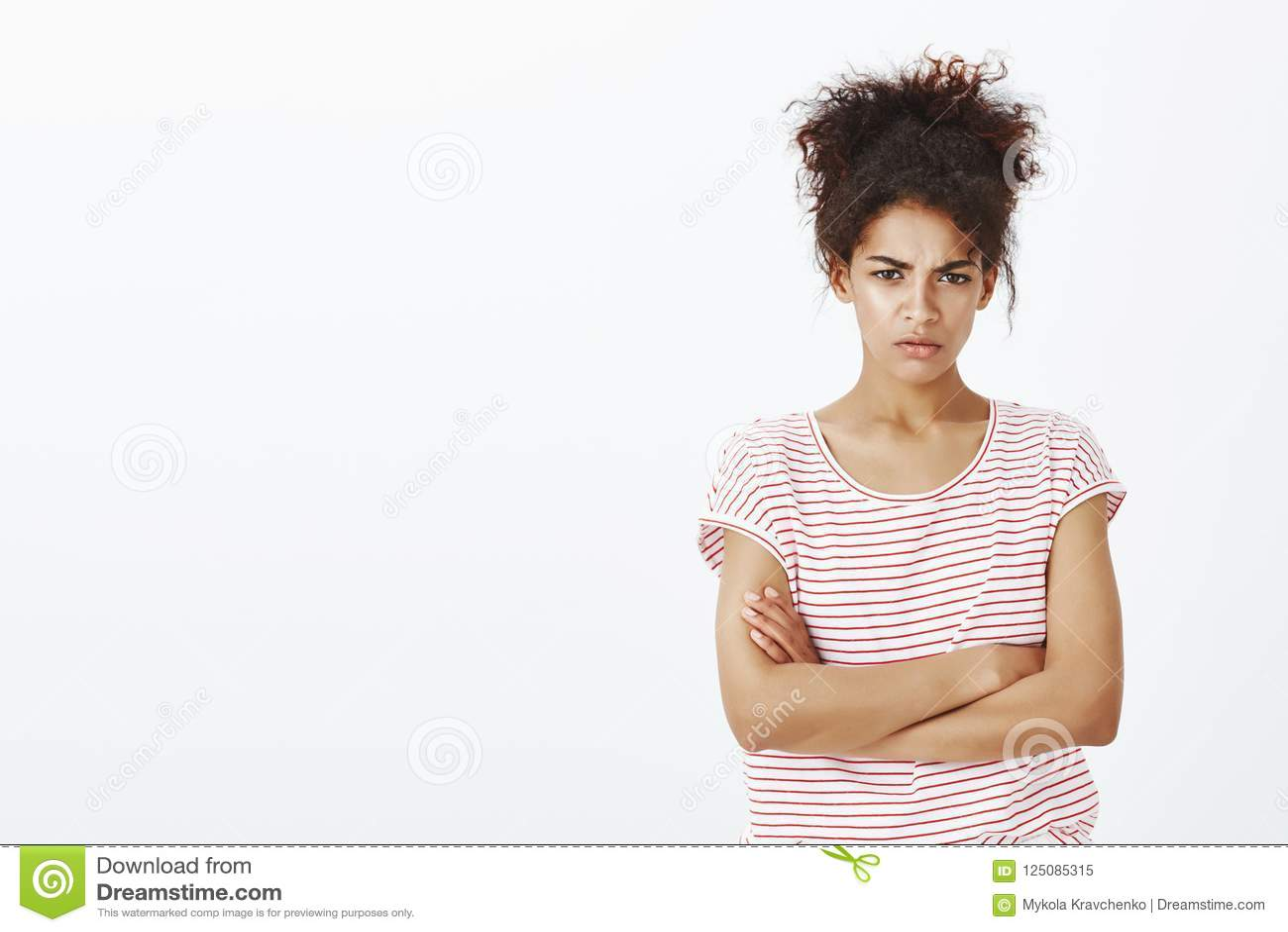 Opowiadający ty jeśli słucha przeprosiny Portret boczy się śliczna ciemnoskóra kobieta w pasiastej koszulce, trzyma ręki