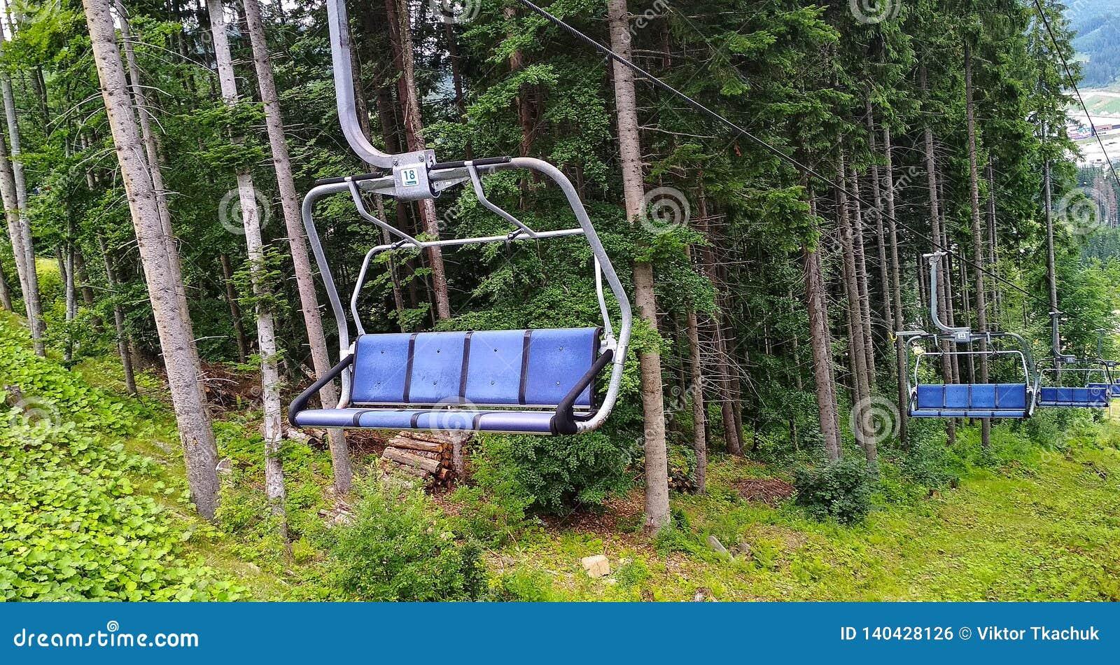Opróżnia narciarskiego dźwignięcie w lecie w Karpackich górach