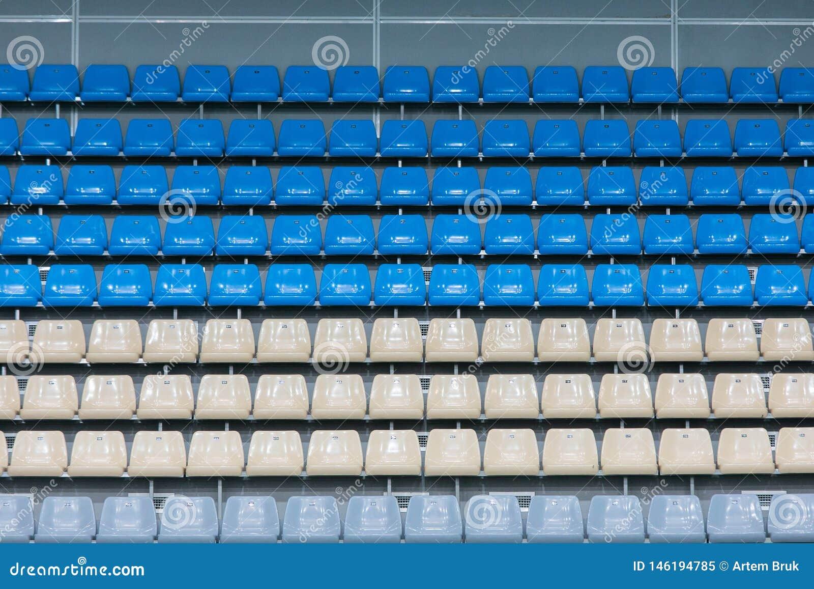 Opróżnia Barwionych Plastikowych siedzenia Na Przegląda platformie