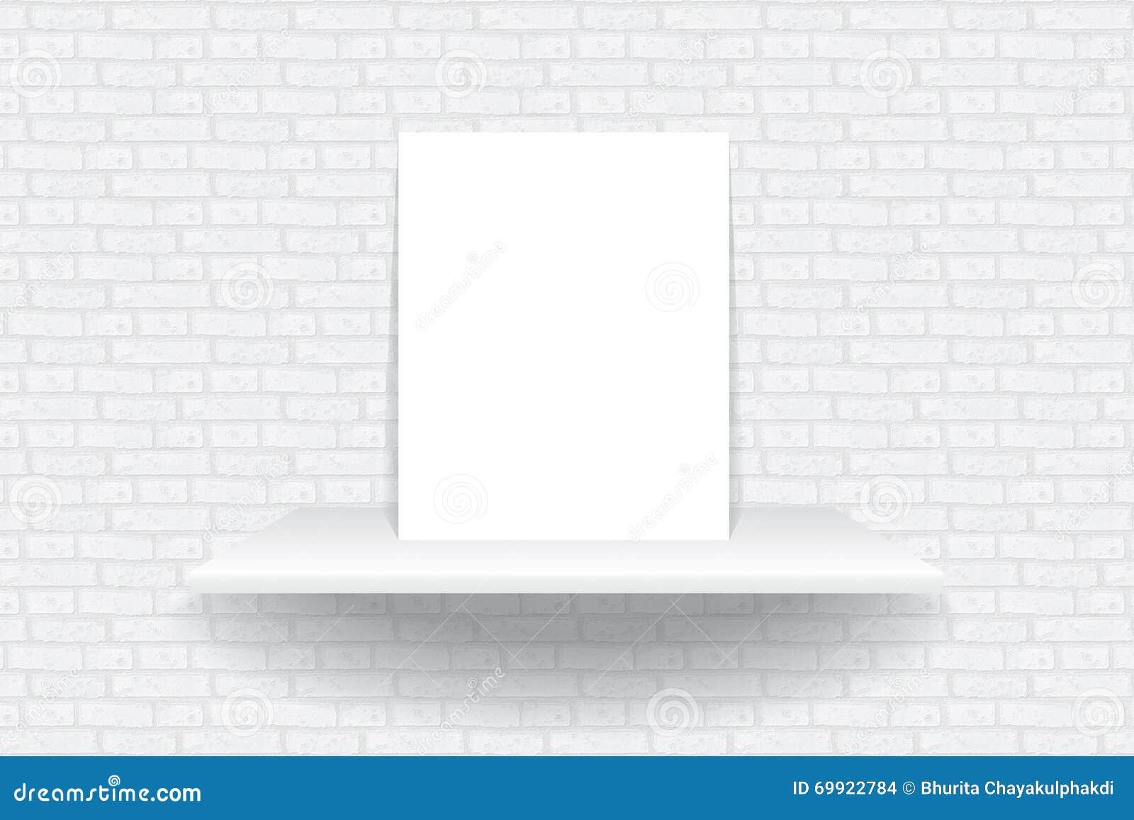 Opróżnia białego szelfowego obwieszenie na ceglanej tapecie