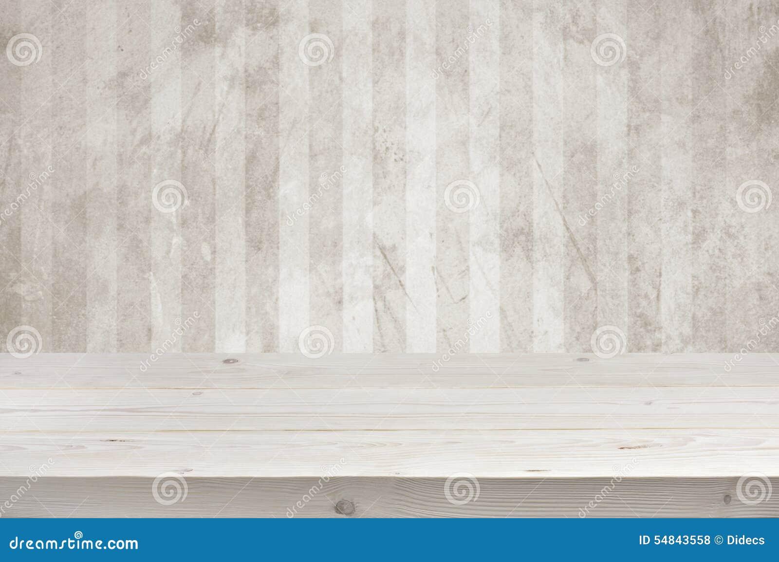 Opróżnia drewnianych desek stołowego wierzchołek nad grunge ściany tłem