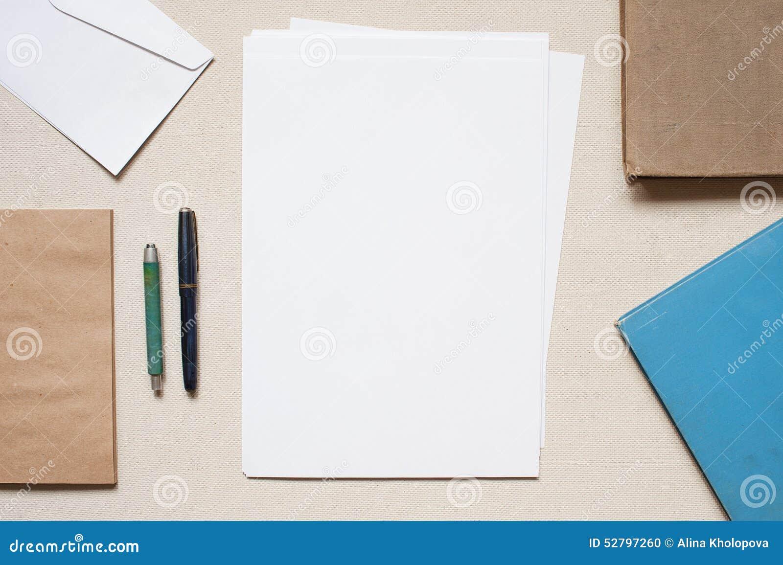 Opróżnia koperty i prześcieradła papier na stole