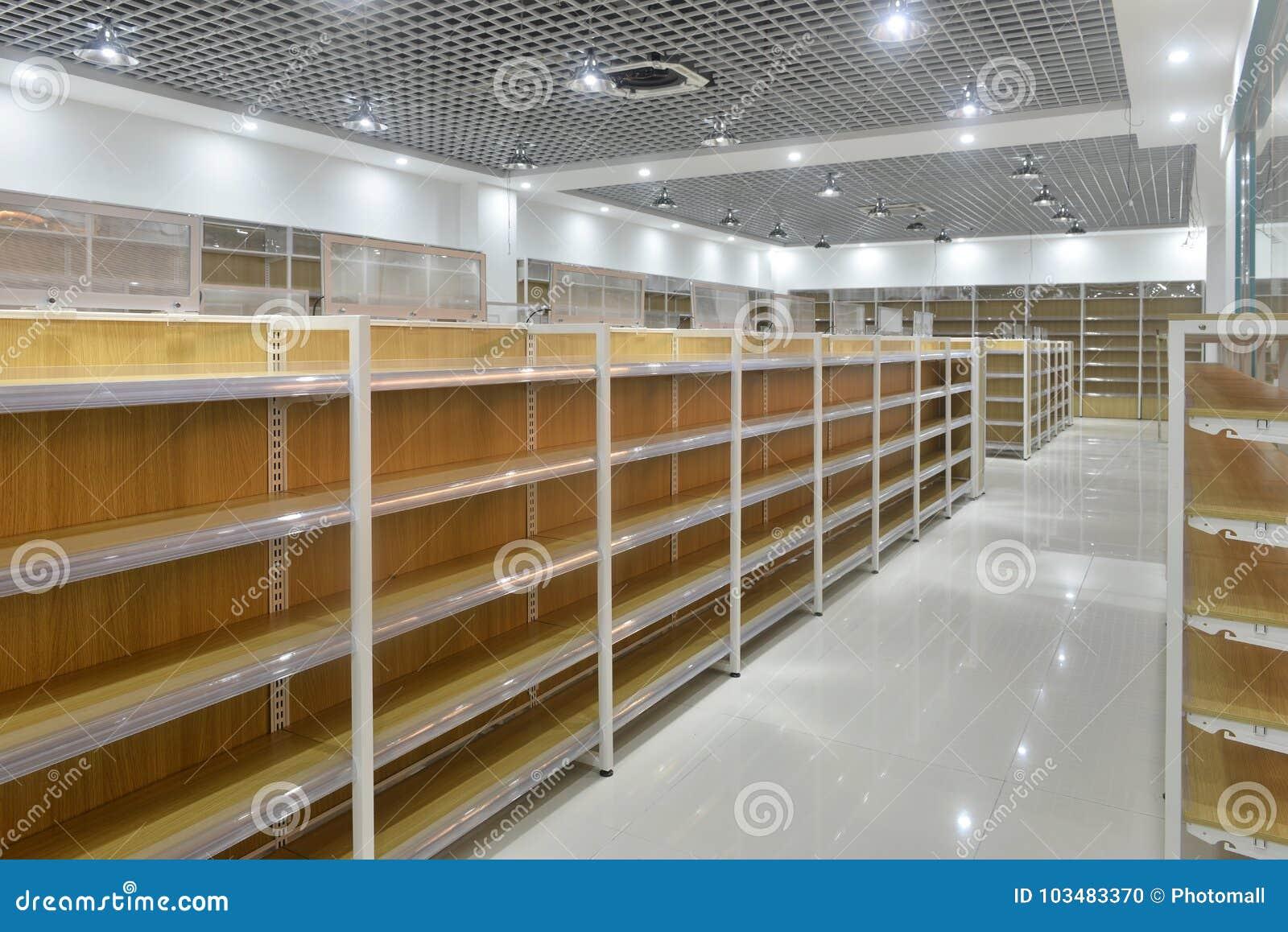 Opróżnia półki supermarketa wnętrze