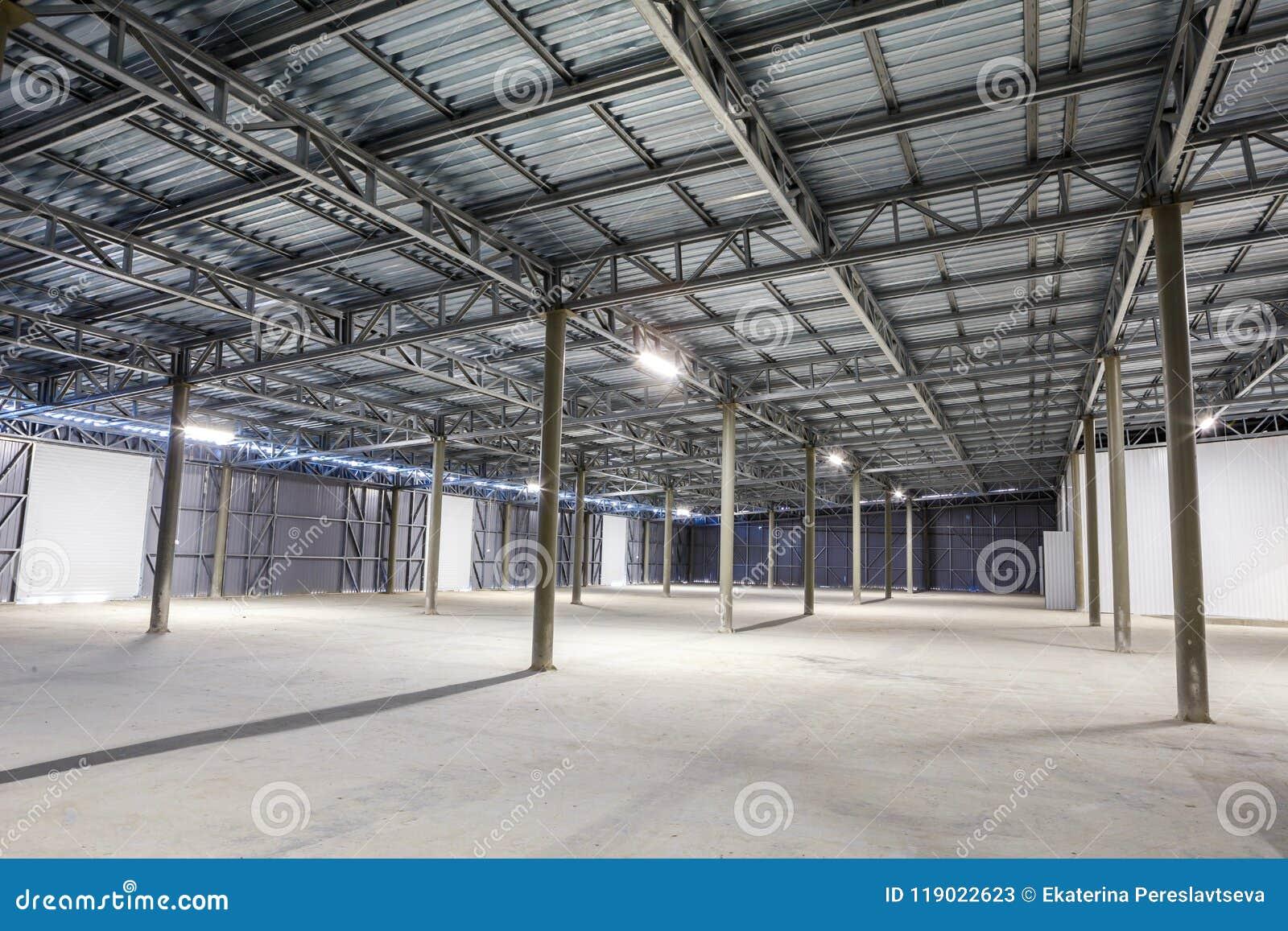 Opróżnia składowego pokój, magazyn lub hangar,