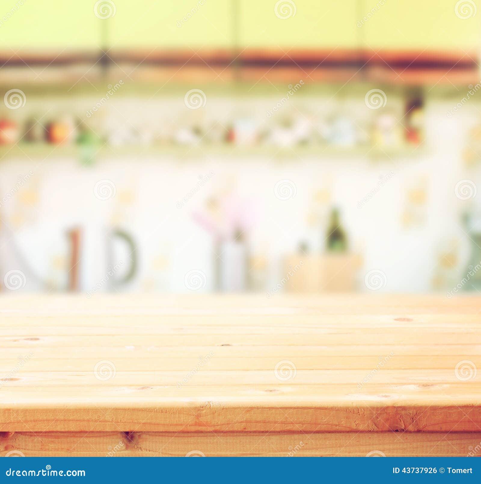 Opróżnia stołową deskę i defocused retro kuchennego tło