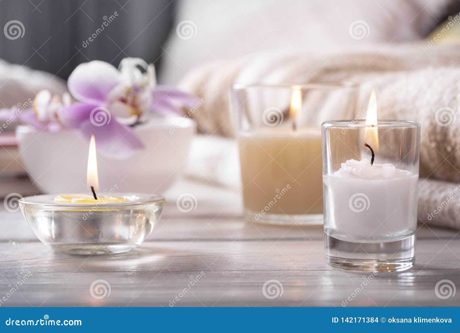 Opracowane do domu żywy wewnętrznego styl retro pokoju Wciąż życie z detailes Kwiat jest wazowy, świeczki, na białym drewnianym s