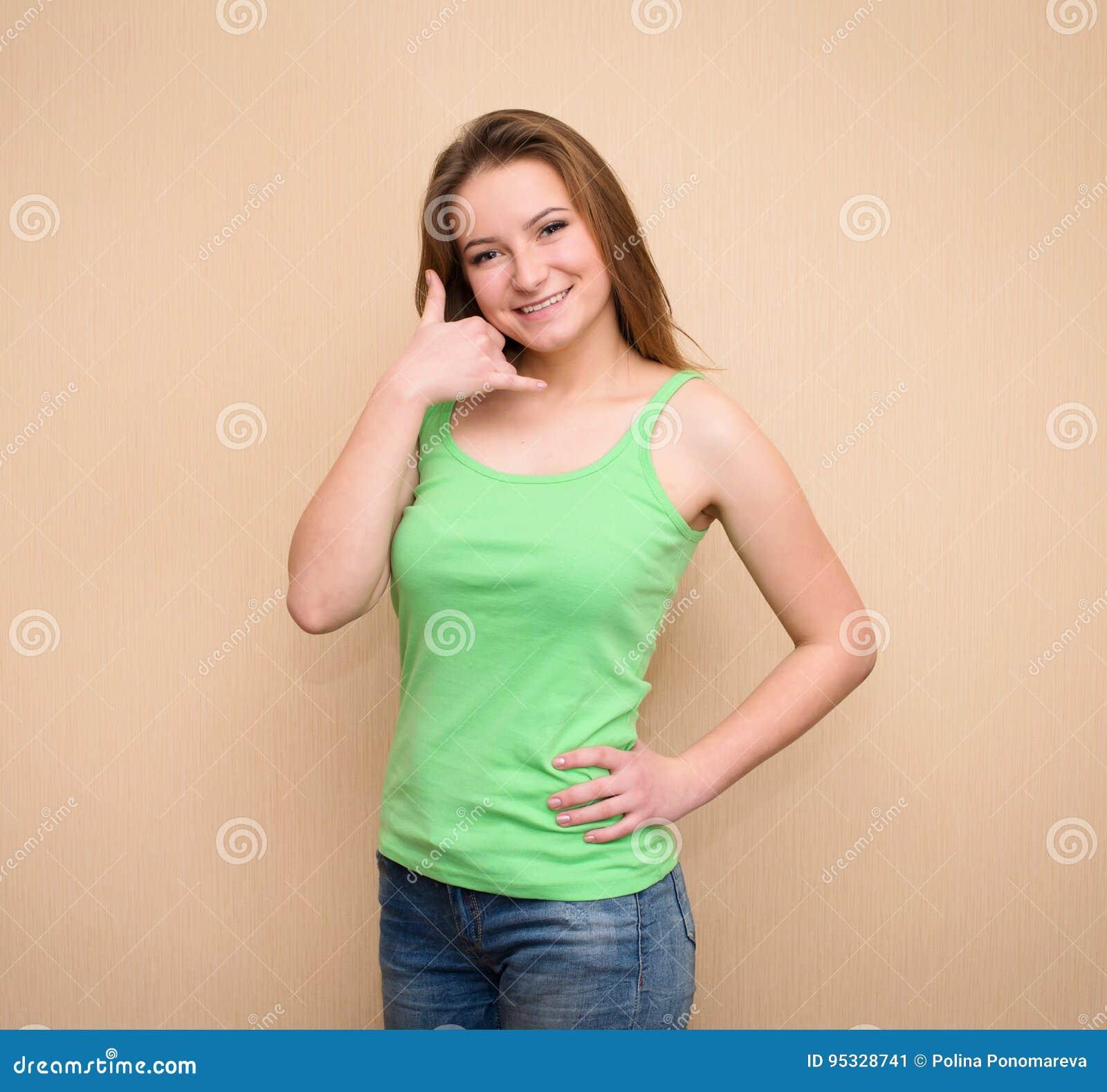 Oproepen me? Vrolijke jonge vrouwen die telefoon teken en het glimlachen gesturing