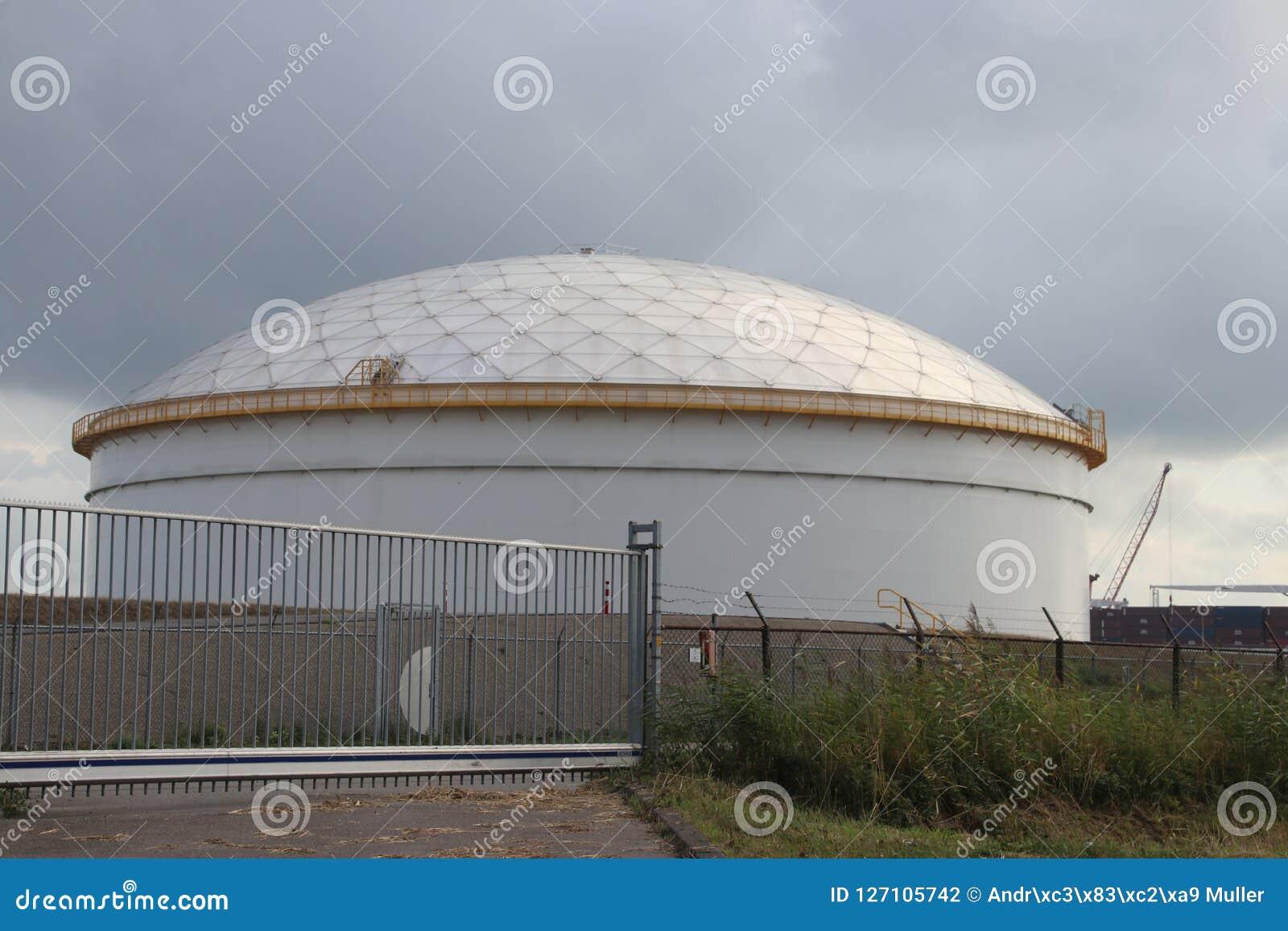 Opslagtank bij raffinaderij in Rotterdam om olie van brandstof in Nederland op te slaan