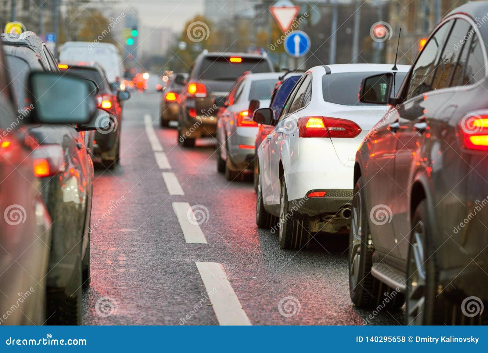 Opstopping of automobiele instorting in een weg van de stadsstraat