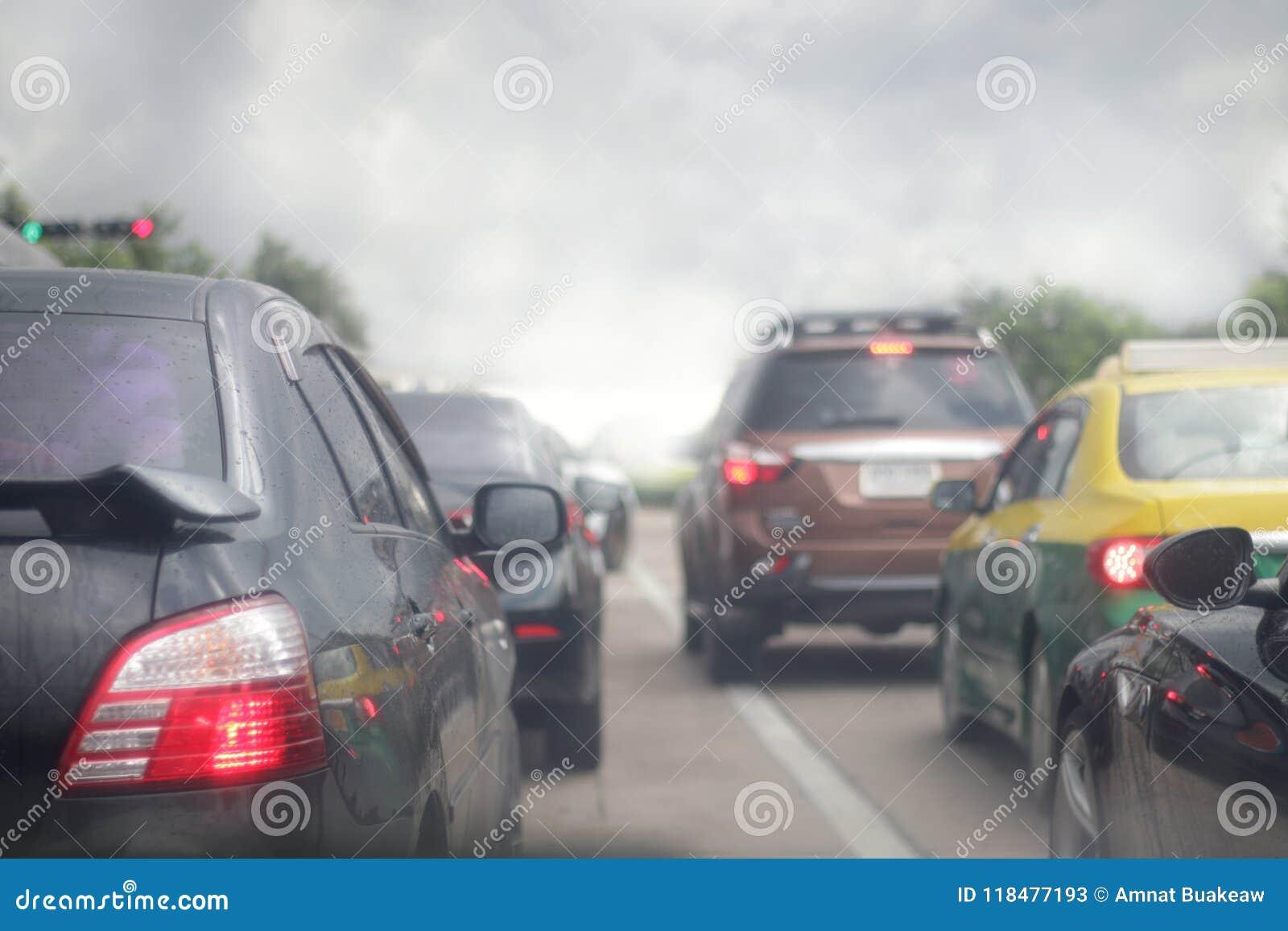 Opstopping van auto s, smogverontreiniging op de weg, onduidelijk beeldbeeld