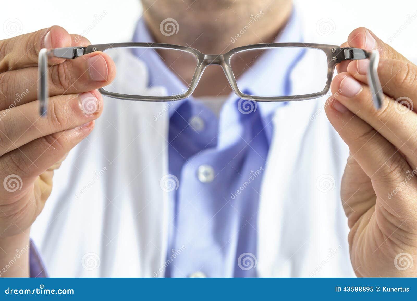 Opticien avec des verres