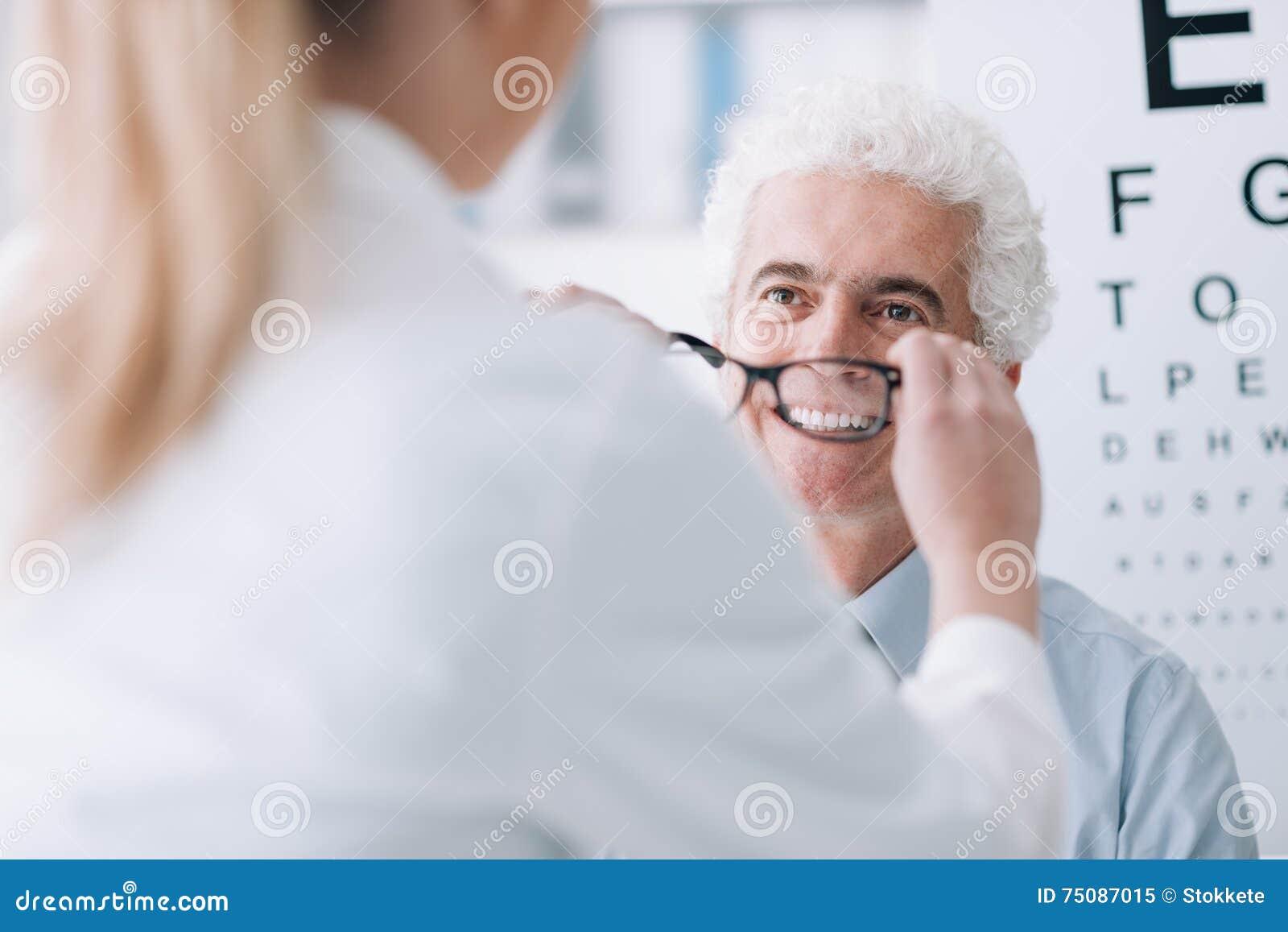 4fdeea92e219c8 Opticien Donnant De Nouveaux Verres Au Patient Image stock - Image ...