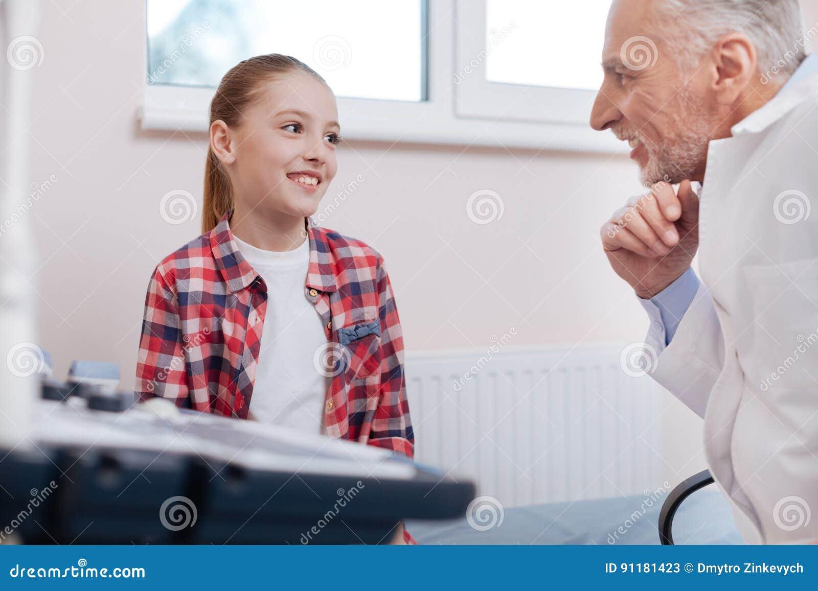 Optimistisches Mädchen Das Besuch Zum Arzt Im Krankenhaus Genießt