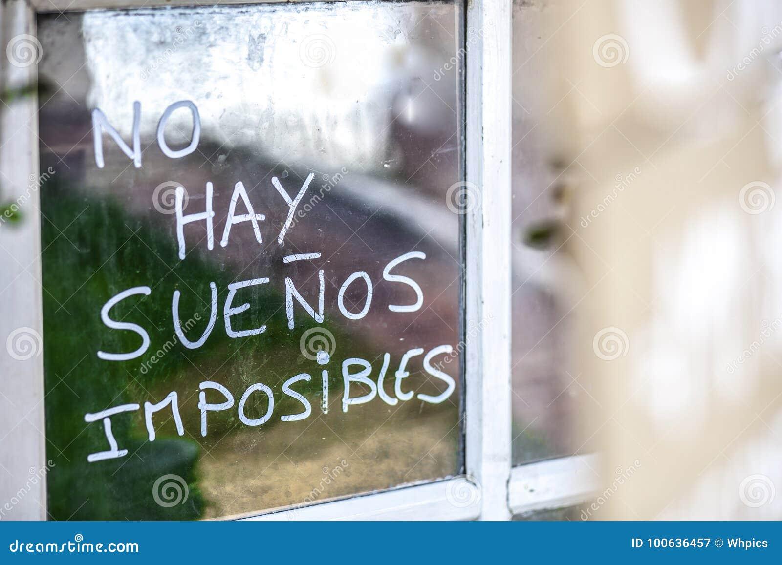 Optimistphrase geschrieben über alte fenstergläser auf spanisch