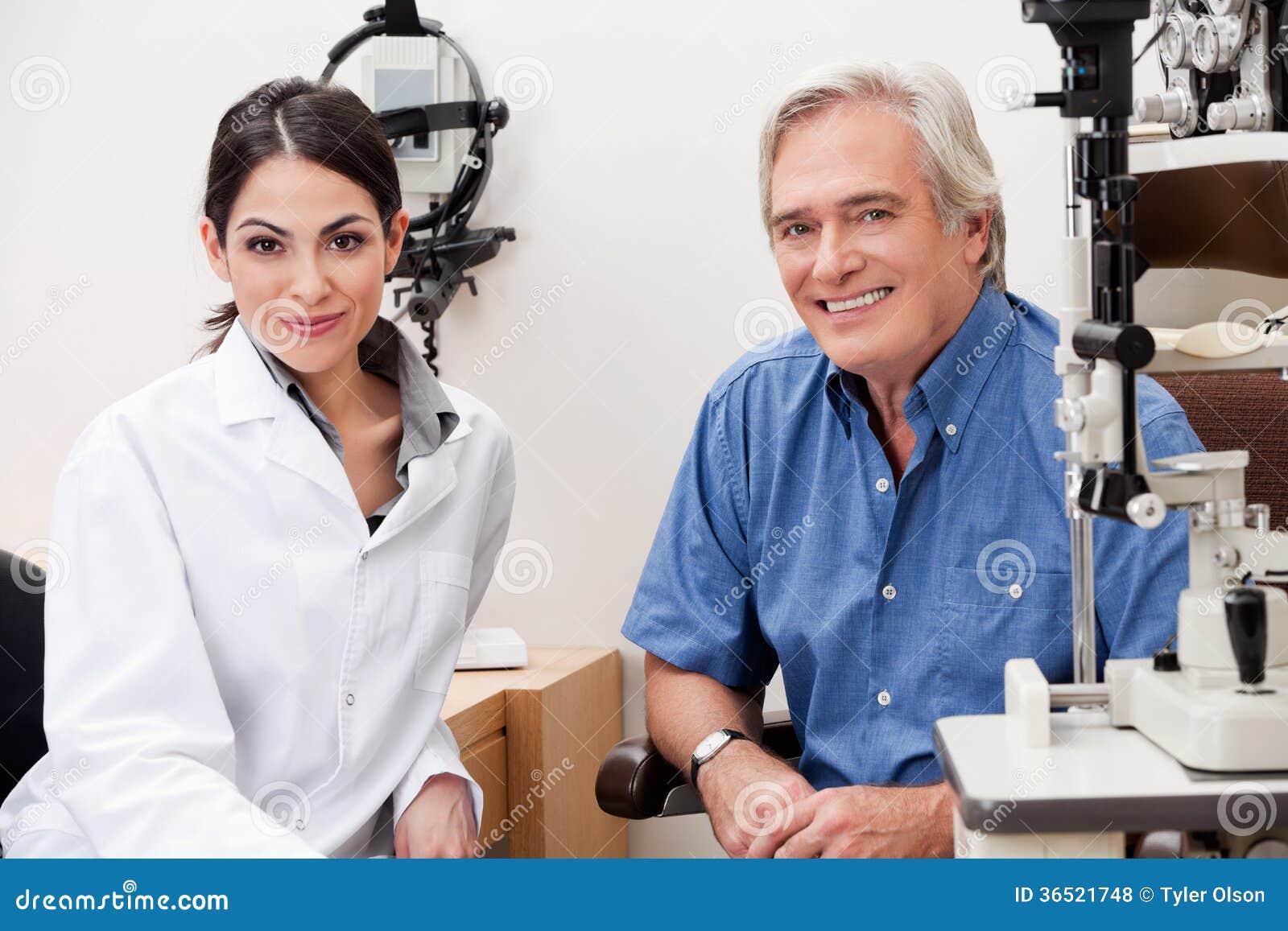 Optométriste de sourire With Her Patient