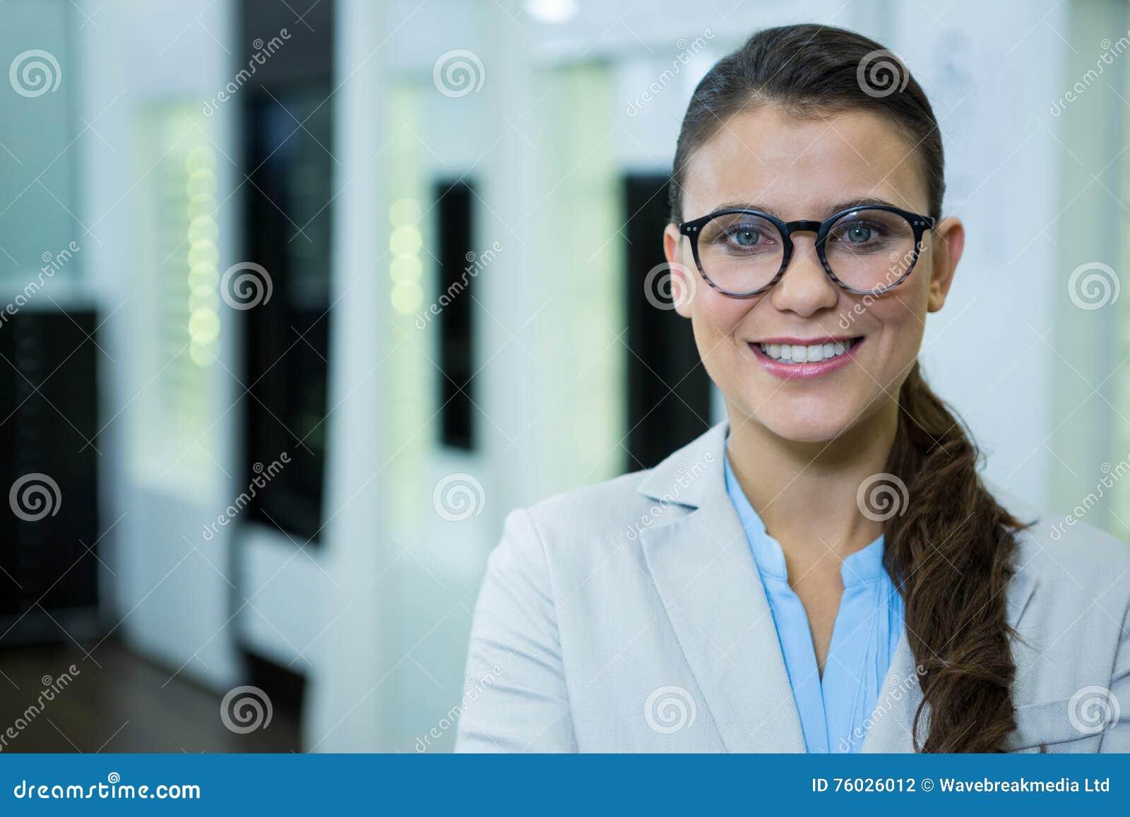 4478dfeb528dfc Optometrist Die In Bril In Optische Opslag Glimlachen Stock Foto ...