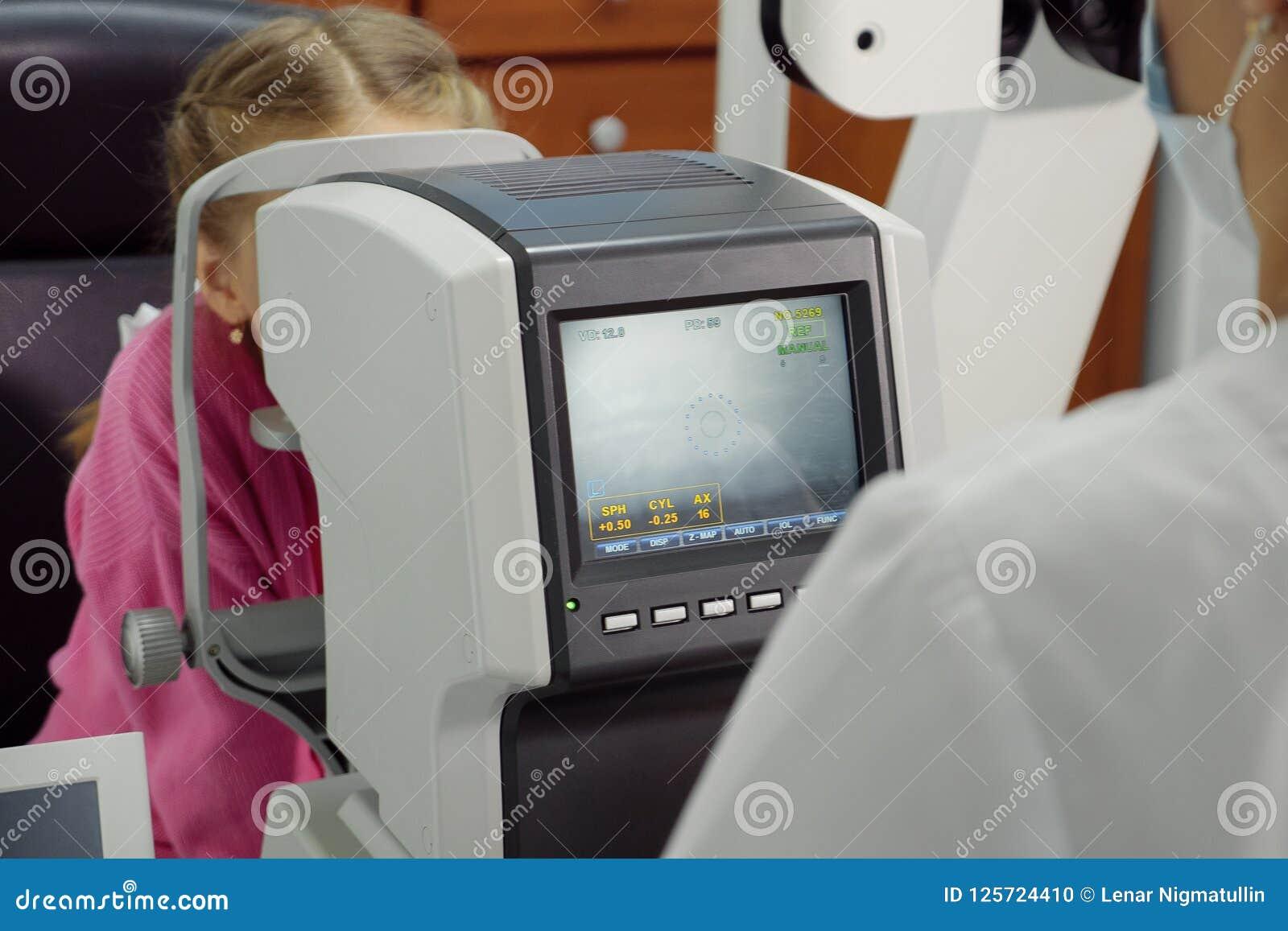 Optometrist egzamininuje widok mała dziewczynka