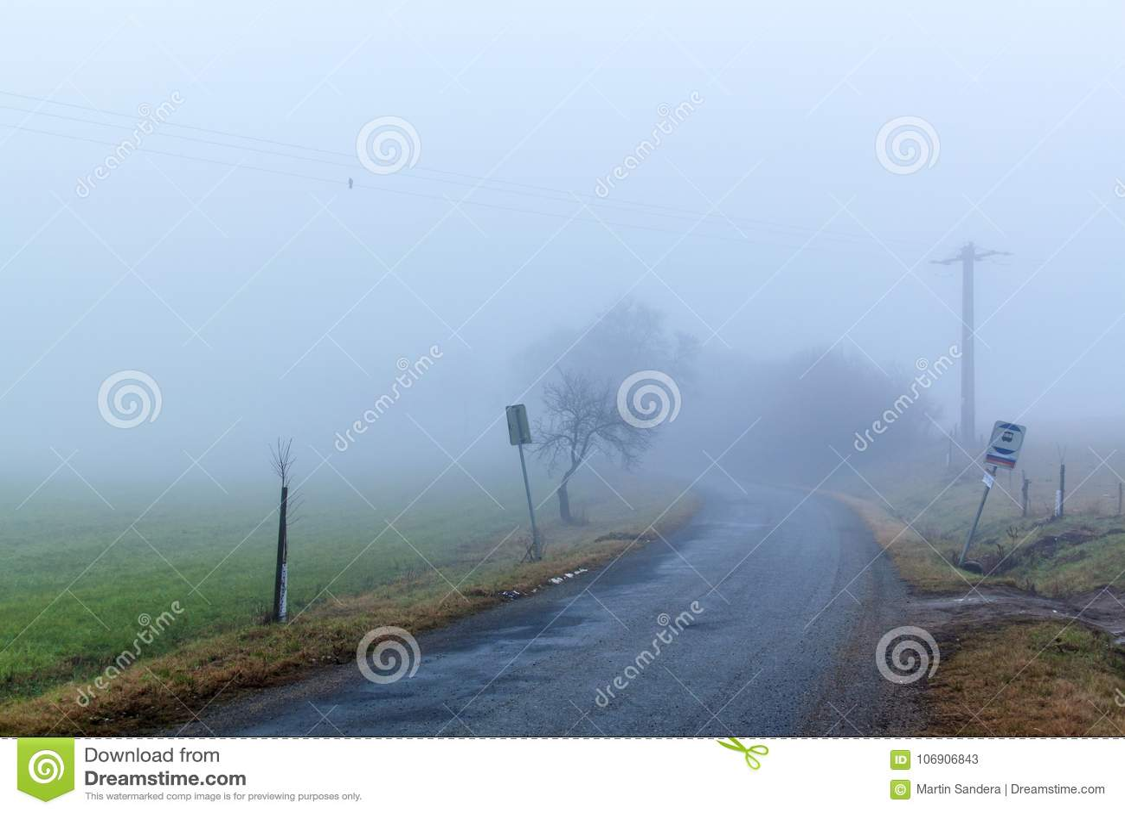 Opustoszała wiejska droga w mgle pogoda mgłowa Straszny sposób