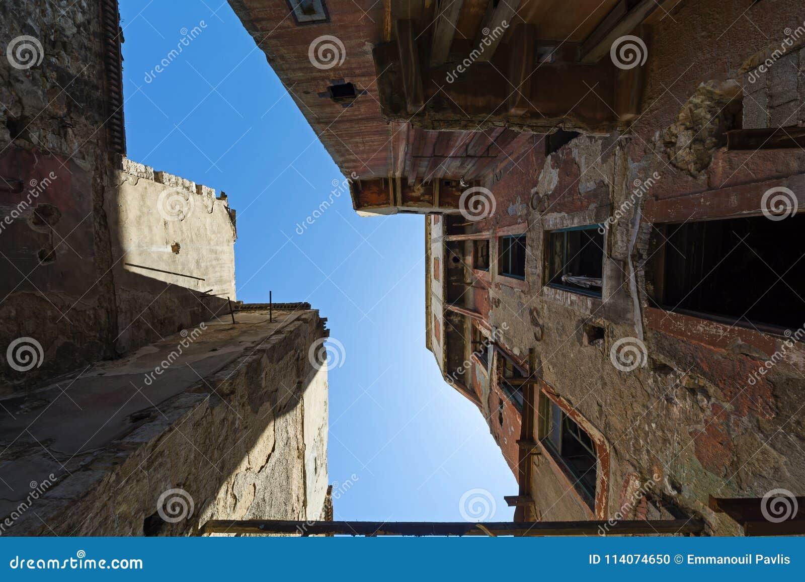 Opustoszali bieg puszka budynki w Piraeus, Grecja