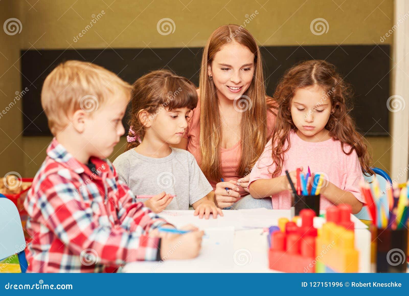 Opvoeder en kinderen in kunstklasse