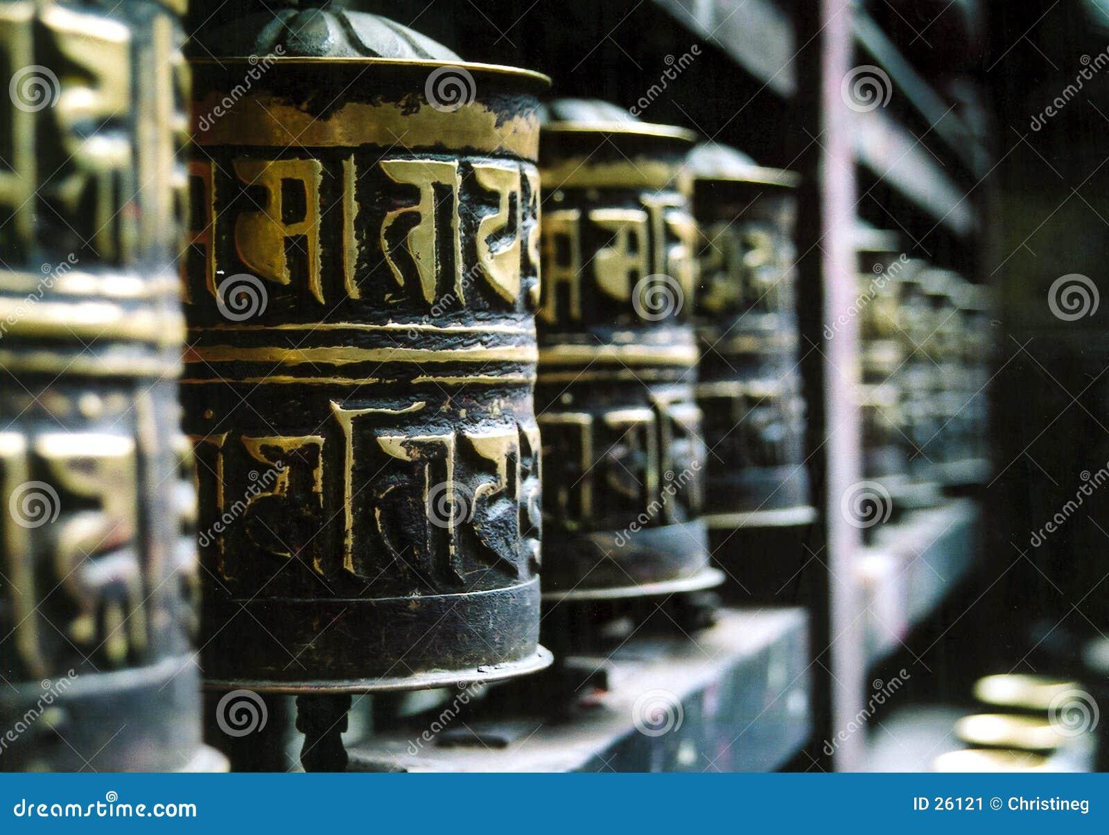 A oração budista roda dentro uma fileira