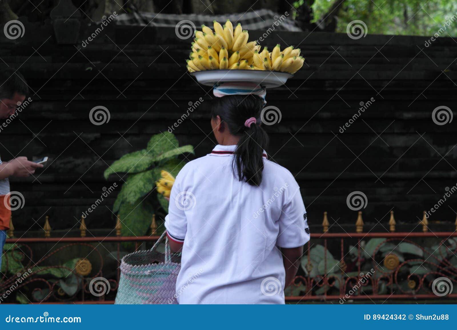 Oração do Balinese no templo de Ulun Danu
