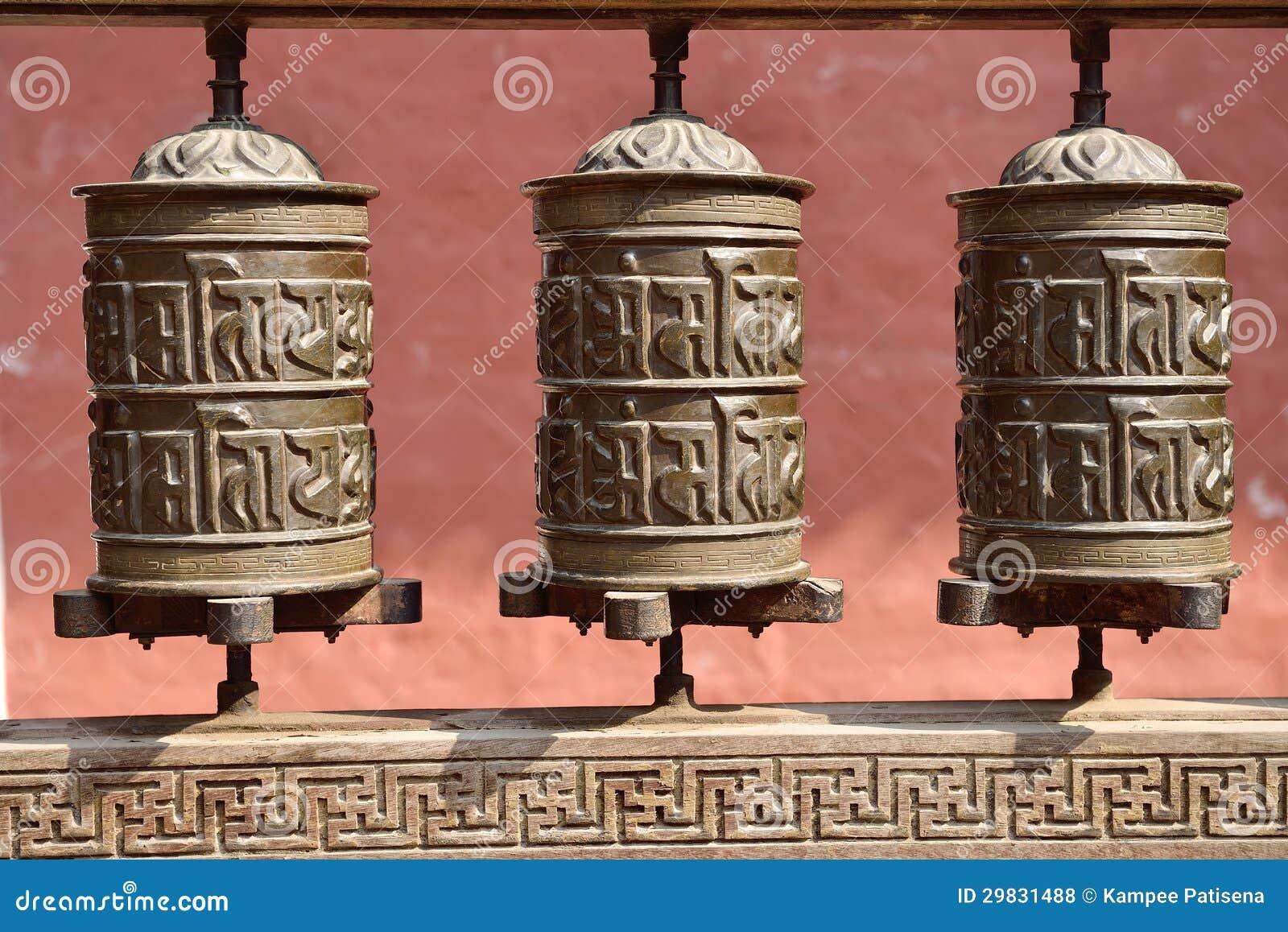A oração roda dentro o Rudravarna Mahavihar em patan, nepal