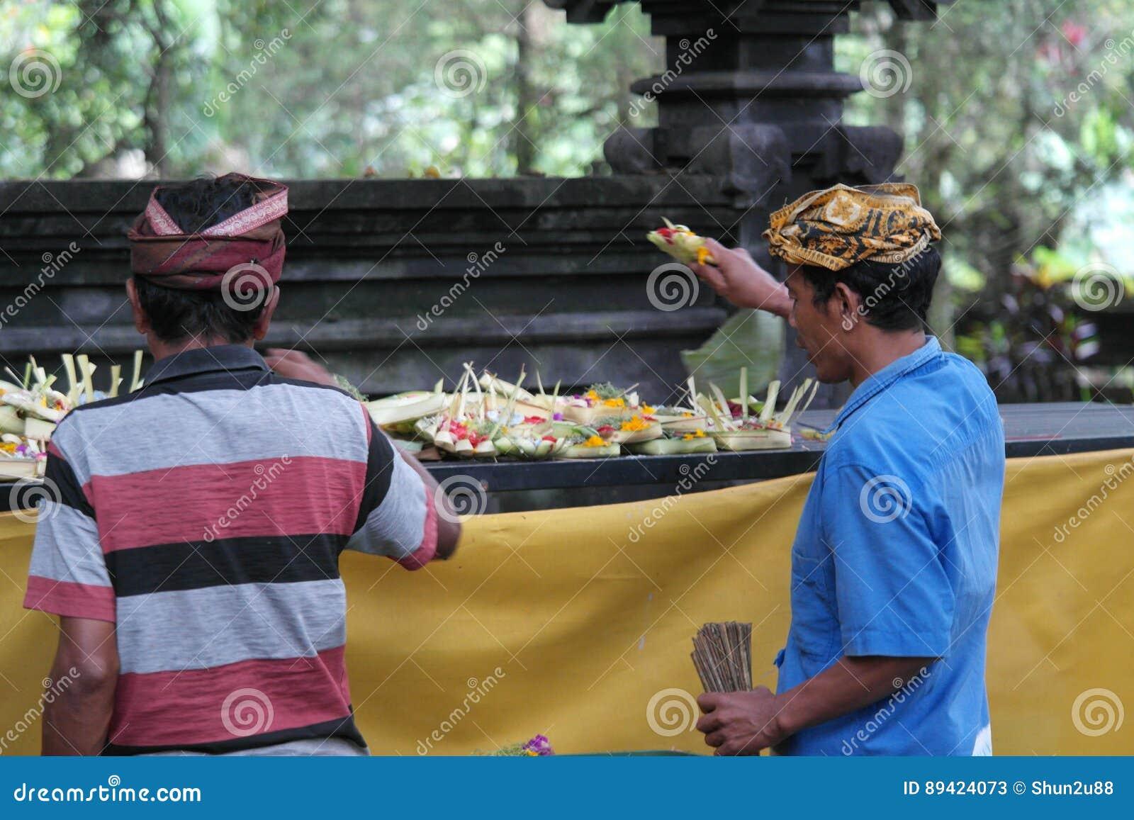 Orações do Balinese no templo de Ulun Danu
