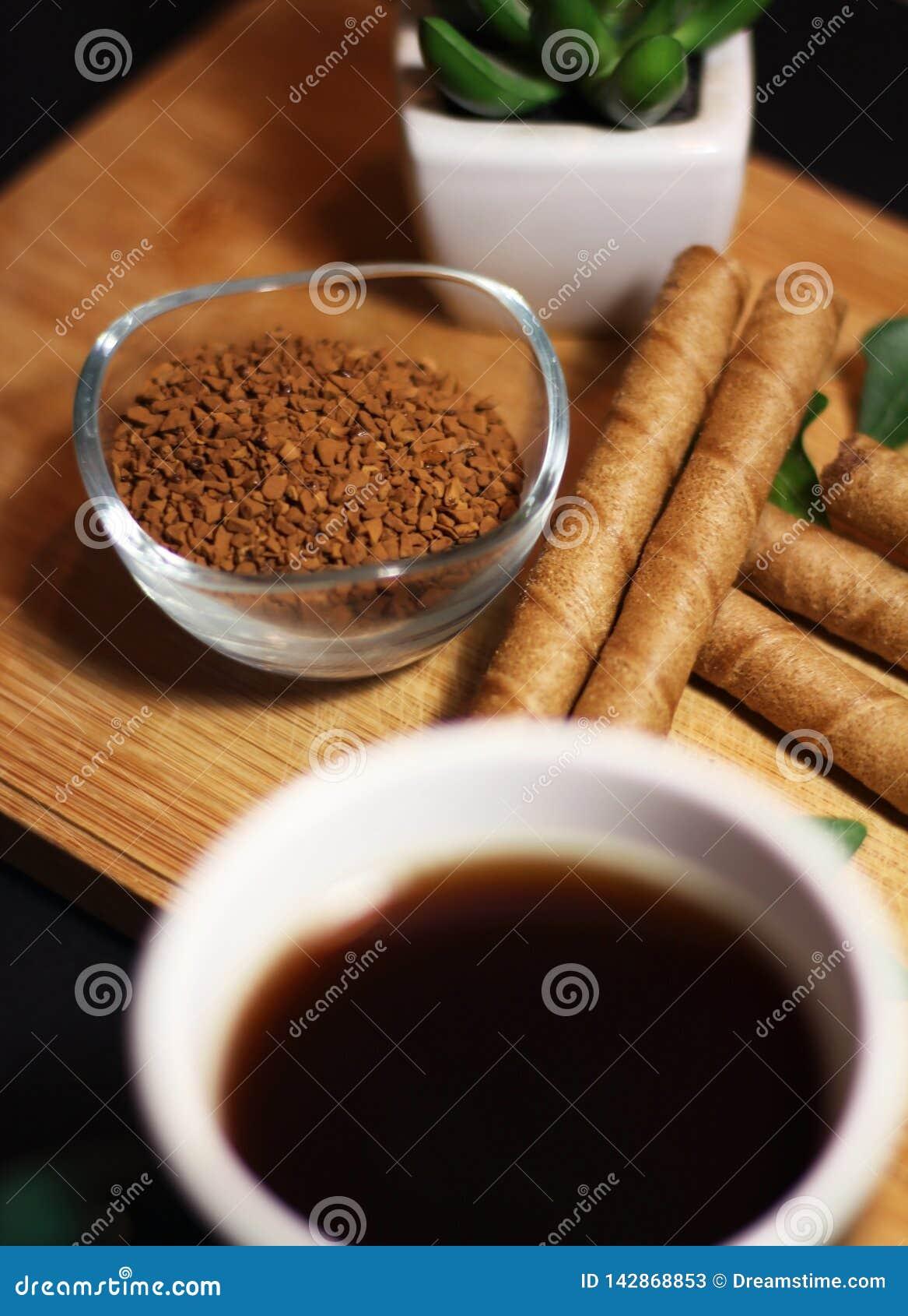 Ora di colazione con i bastoni della tazza e del cioccolato di caffè