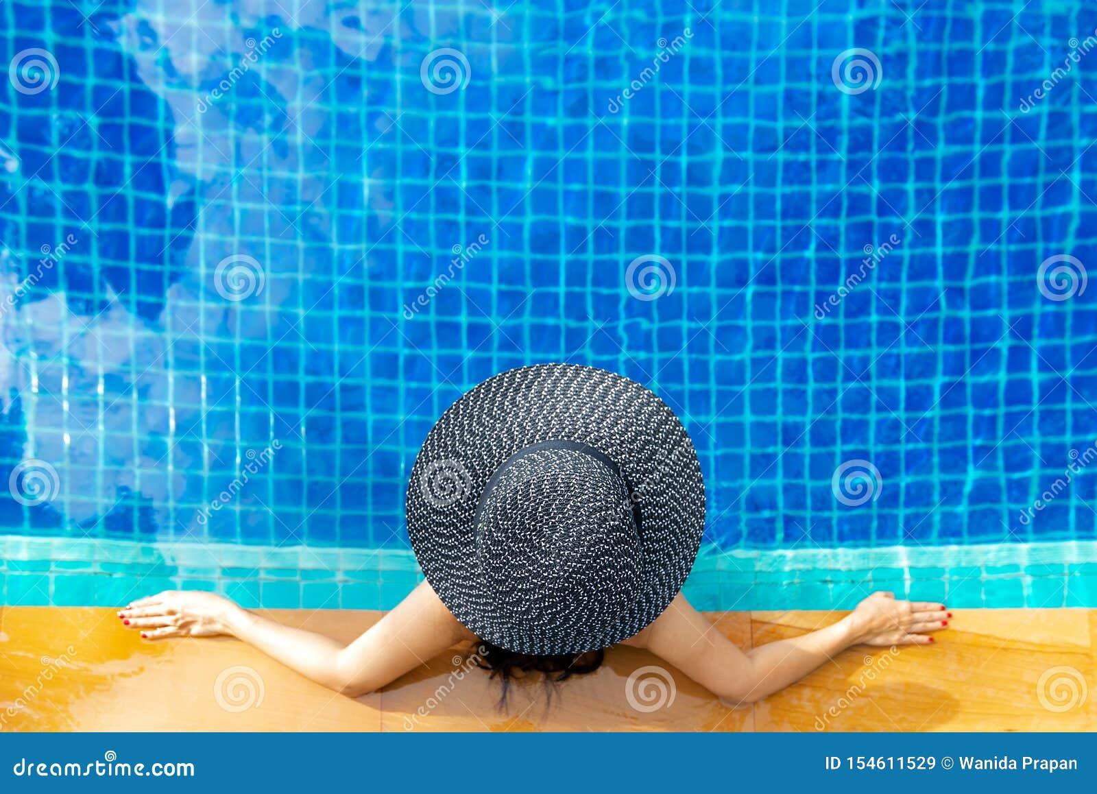 Ora legale e vacanze Stile di vita delle donne che si rilassa e felice nel sunbath di lusso della piscina, giorno di estate alla