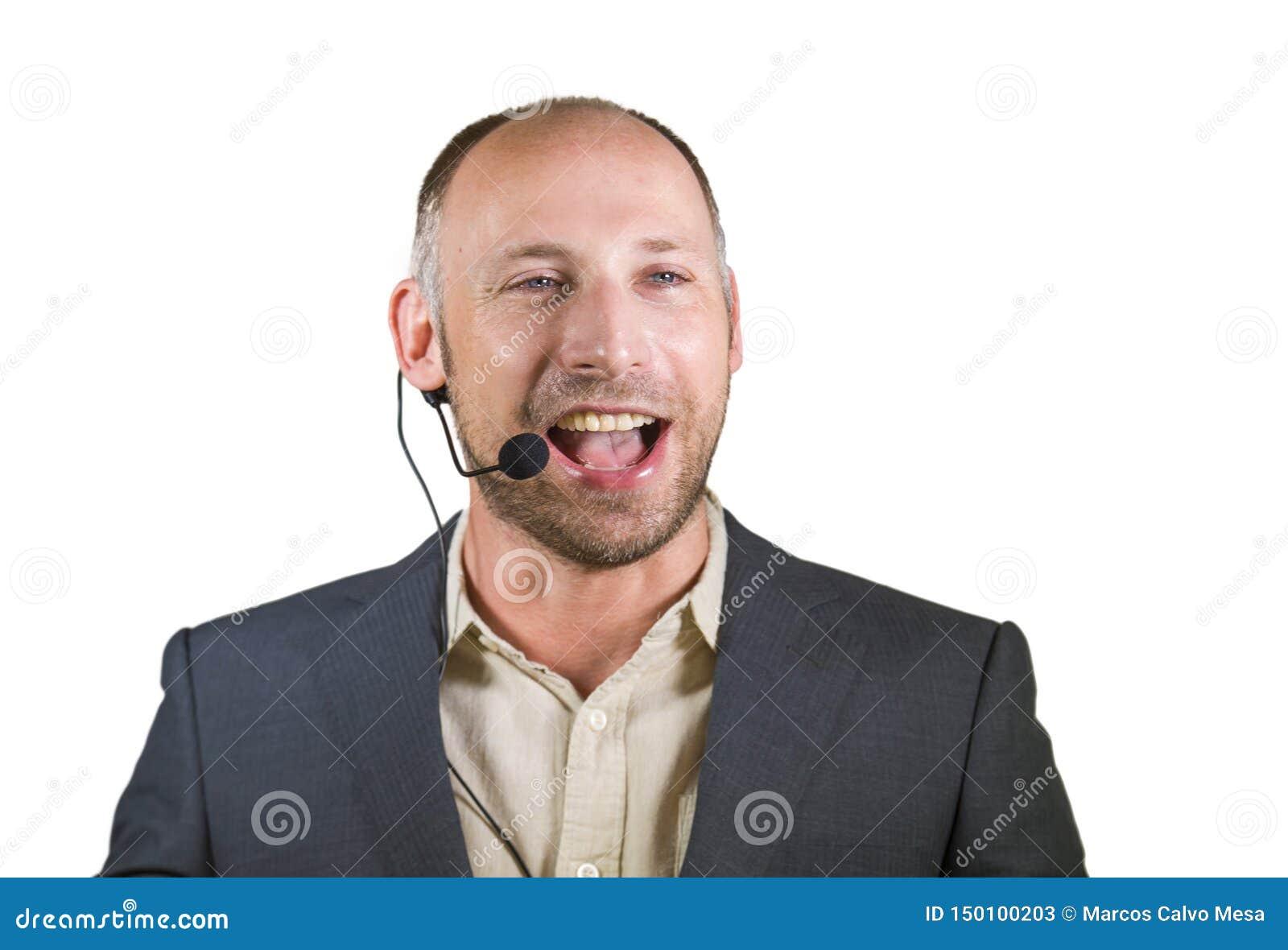 Orador atrativo e seguro feliz do homem de negócio com os auriculares que dão o treinamento de treinamento da conferência para o