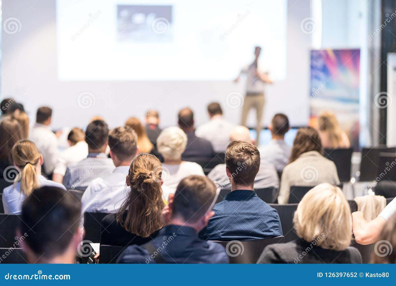 Orador do negócio que dá uma conversa no evento da conferência de negócio