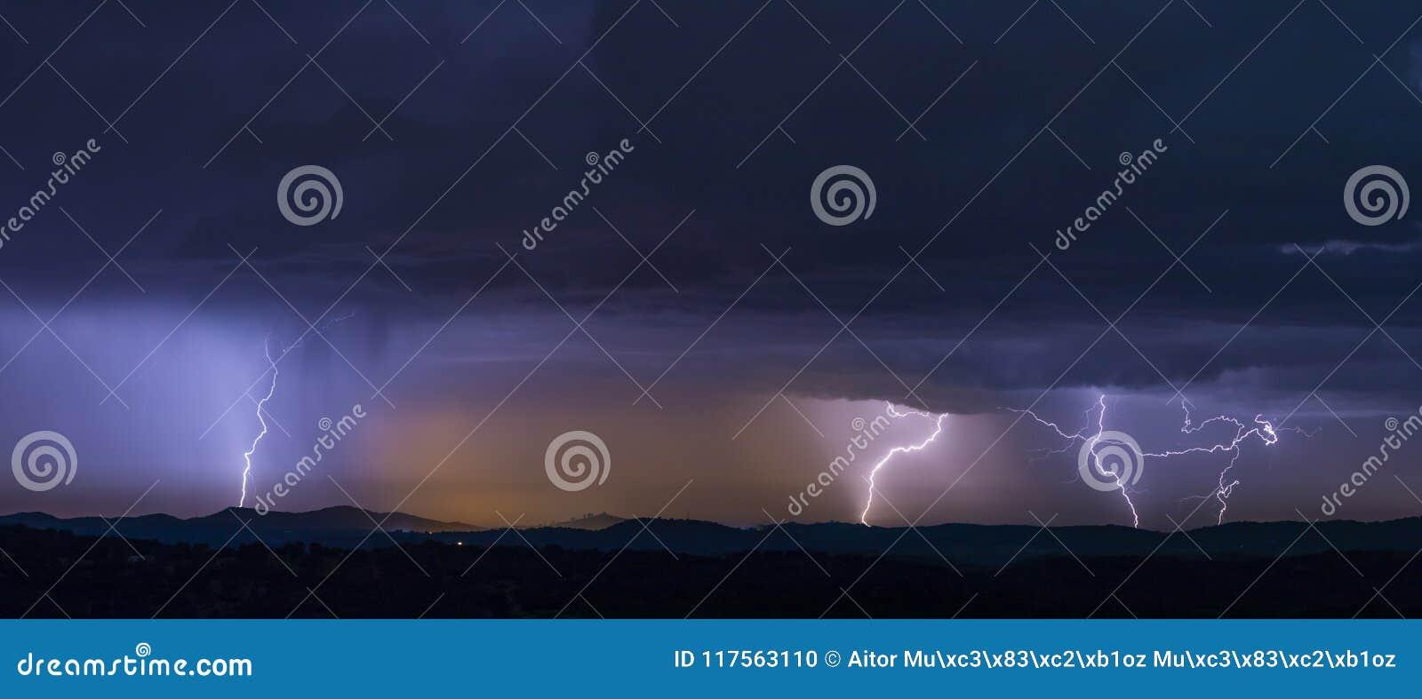 Orage puissant au-dessus des collines la nuit