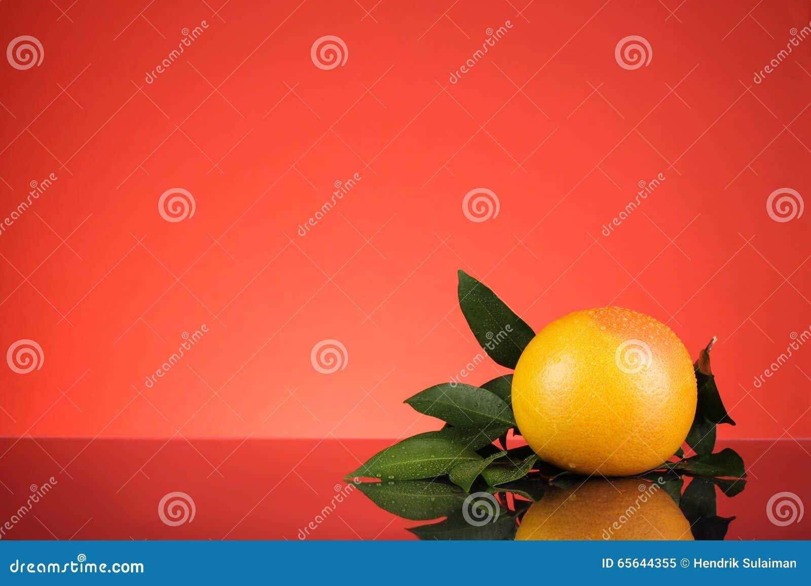 Orange avec le fond rouge