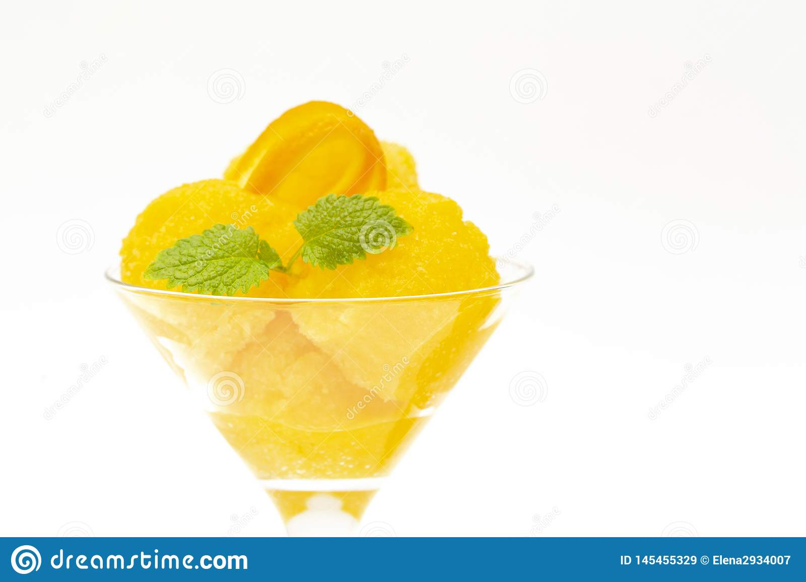 Orange Eiscreme Orange Sorbet des Sommers mit den tadellosen und orange Scheiben