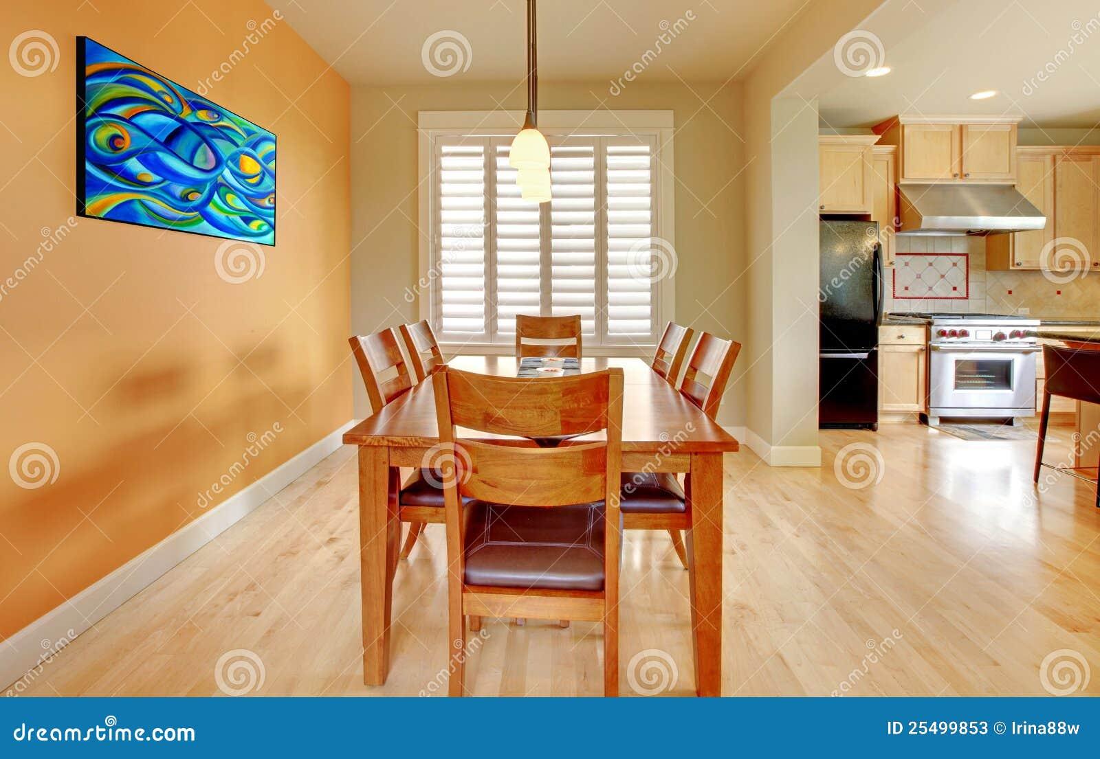 Orange Esszimmer Mit Hölzernem Fußboden Und Küche. Stockbild ...