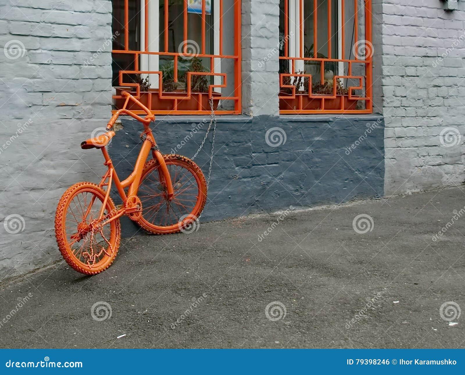 Orange Fahrrad Nahe Der Wand Stockfoto Bild Von Antike