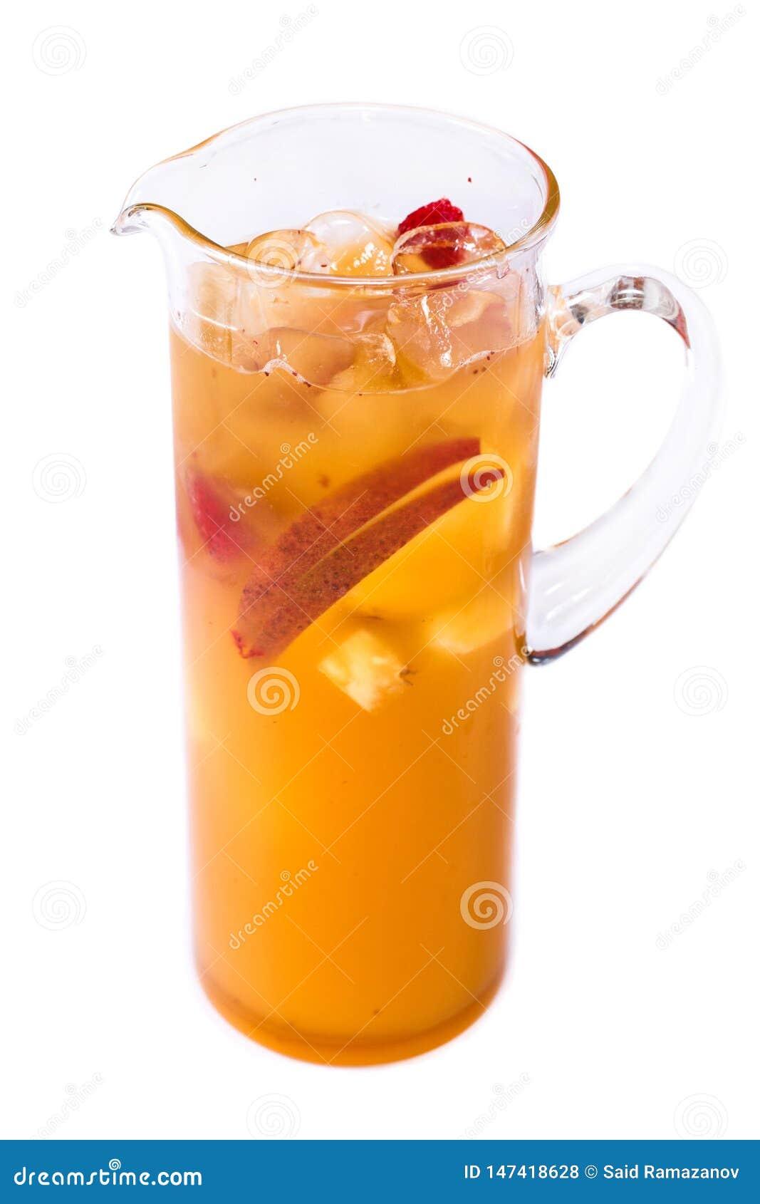 Orange fruktsaft med fruktstycken i en tillbringare p? en isolerad vit bakgrund