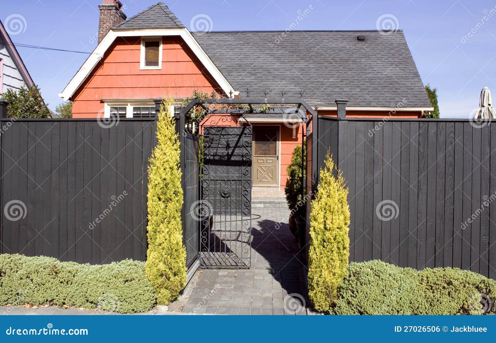 Orange gammalt hus med det höga staket royaltyfri bild   bild ...