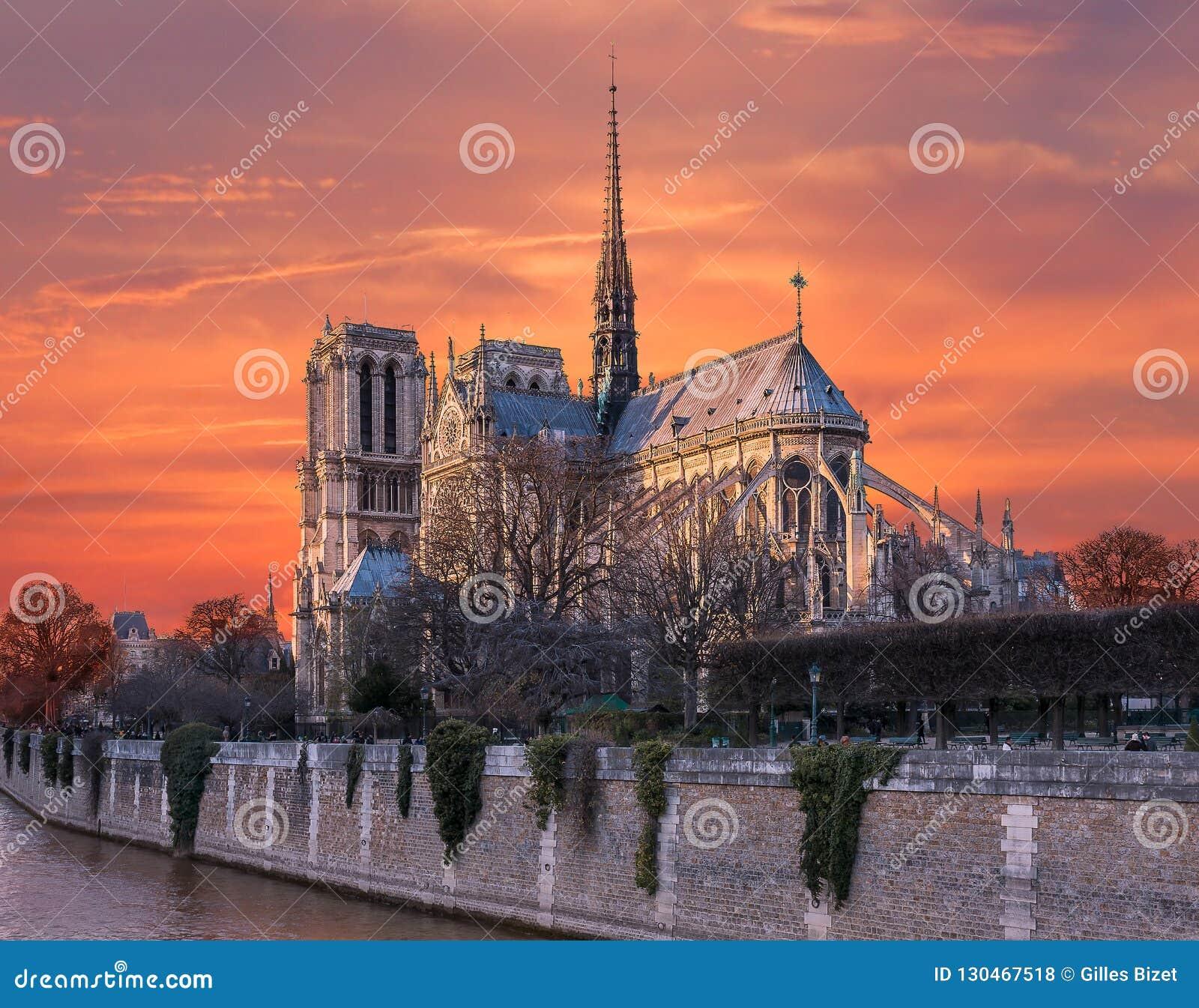 Orange himmel av brand på Notre Dame de Paris