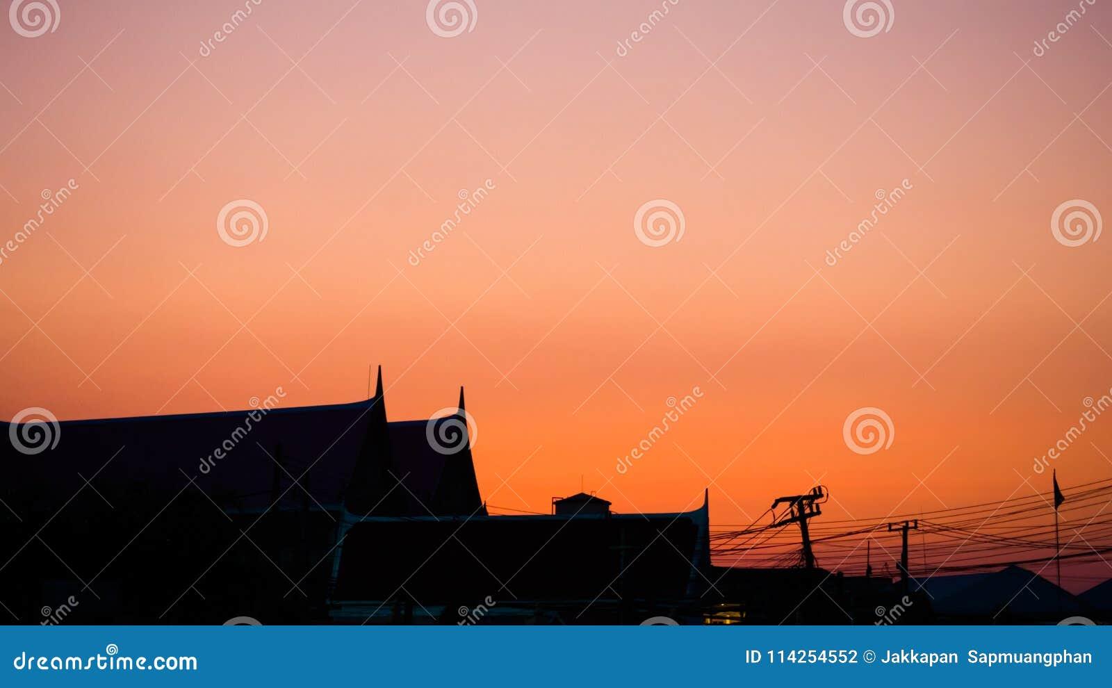 Orange Himmelsonnenuntergang des Siluate-Tempeldachs