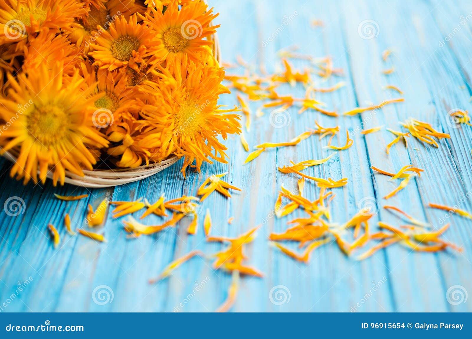 Orange juice flowers grow in the fresh air
