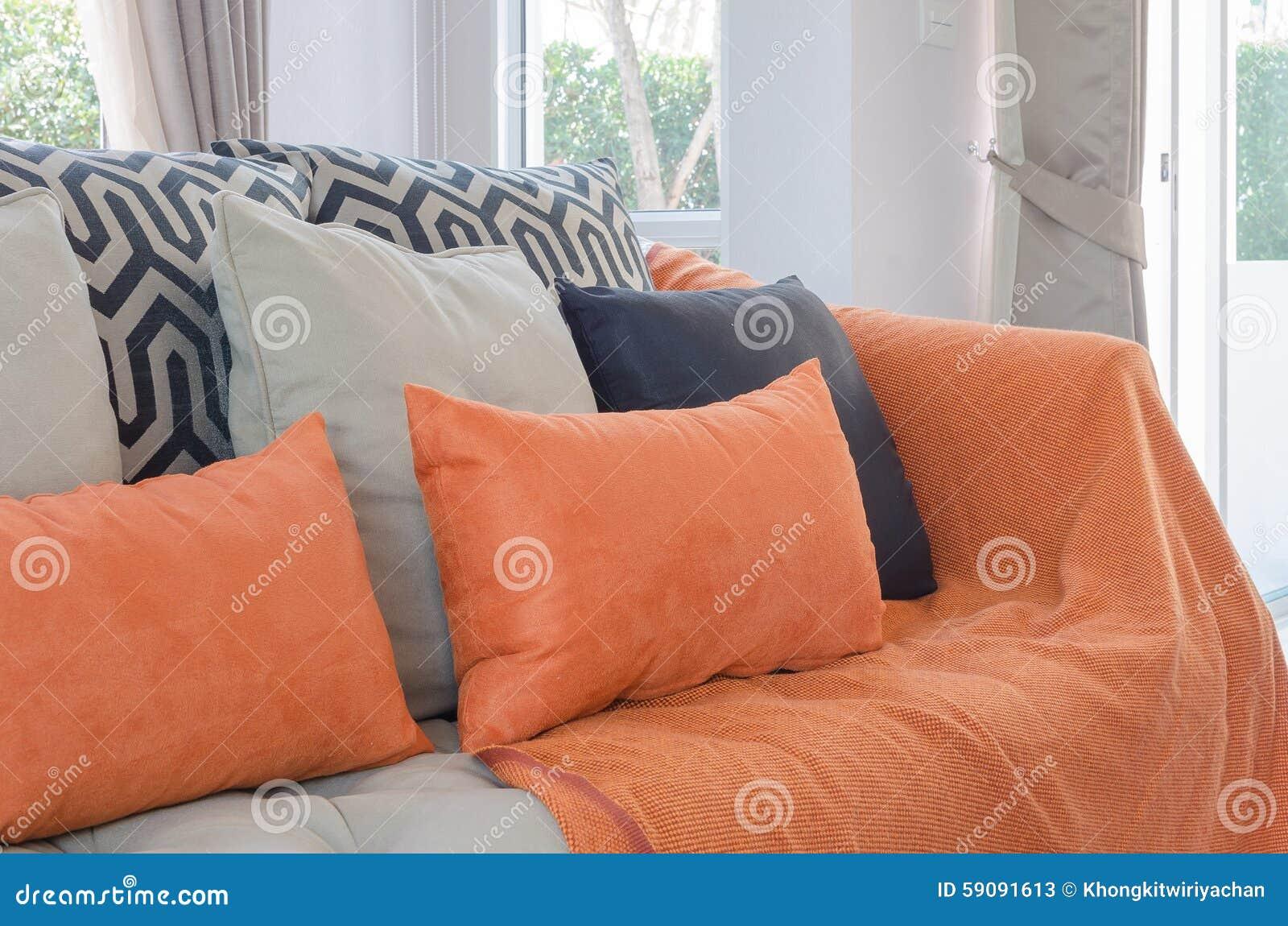 Orange Kissen Und Decke Auf Modernem Sofa Im Wohnzimmer Stockfoto