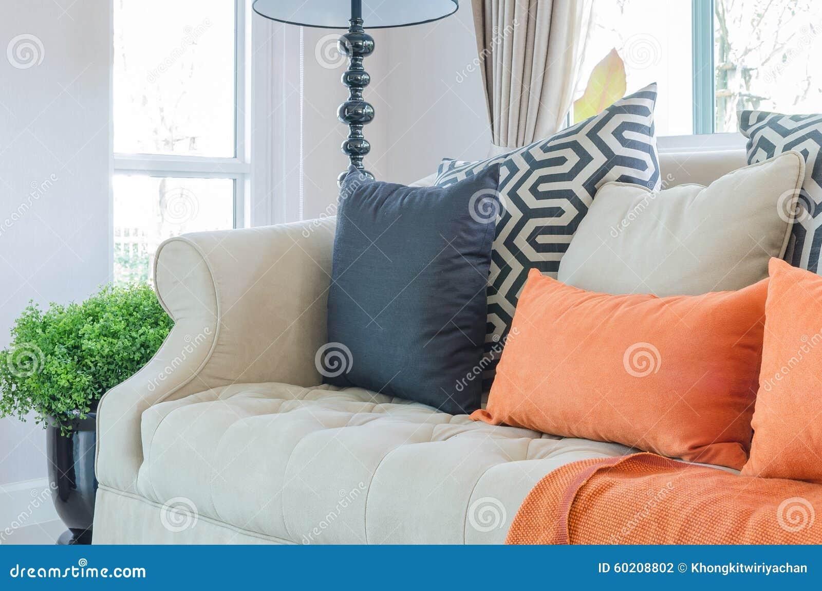 orange kissen und decke auf modernem sofa im wohnzimmer stockfoto, Wohnzimmer