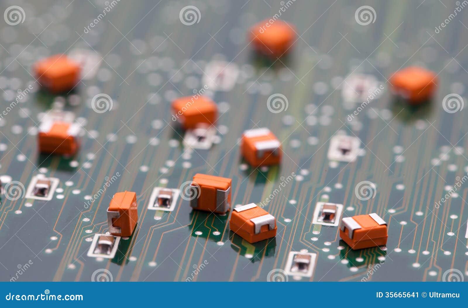 Orange kondensator på gräsplanpcb
