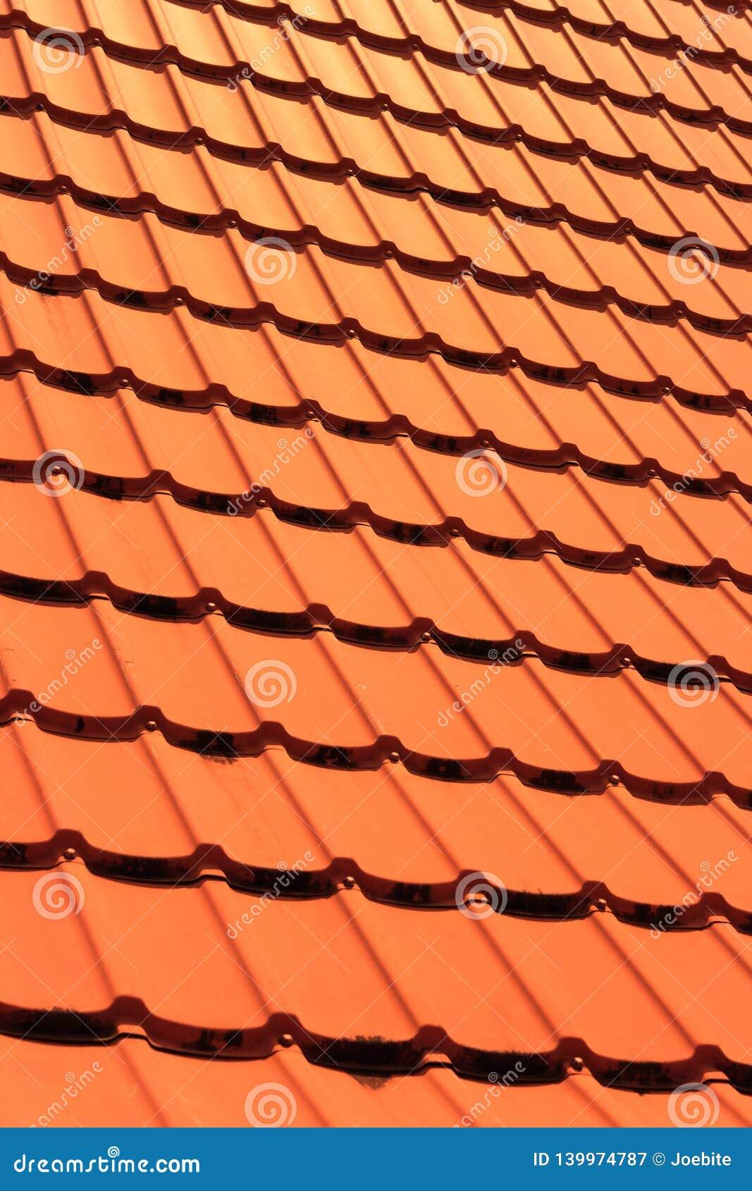 Orange konkreta taktegelplattor på ett bostads- hem Textur för bakgrund för taktegelplattor