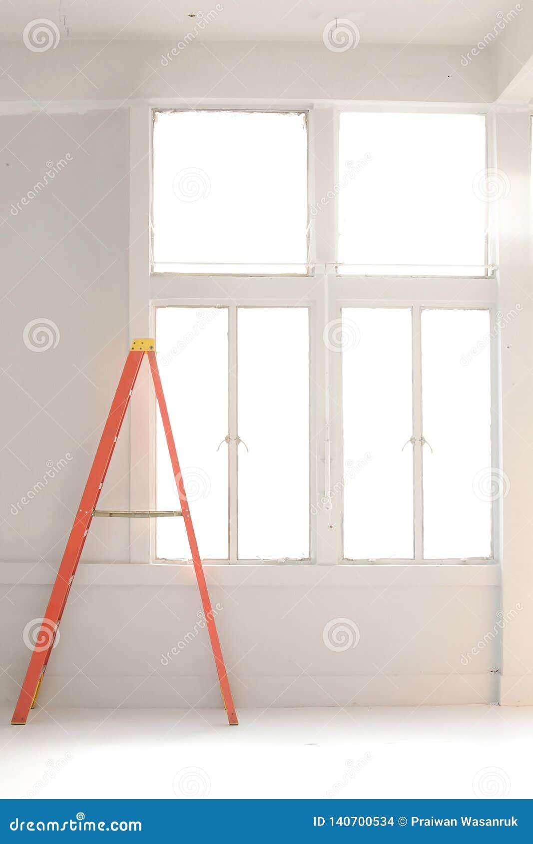 Orange Leiter durch die weiße Wand