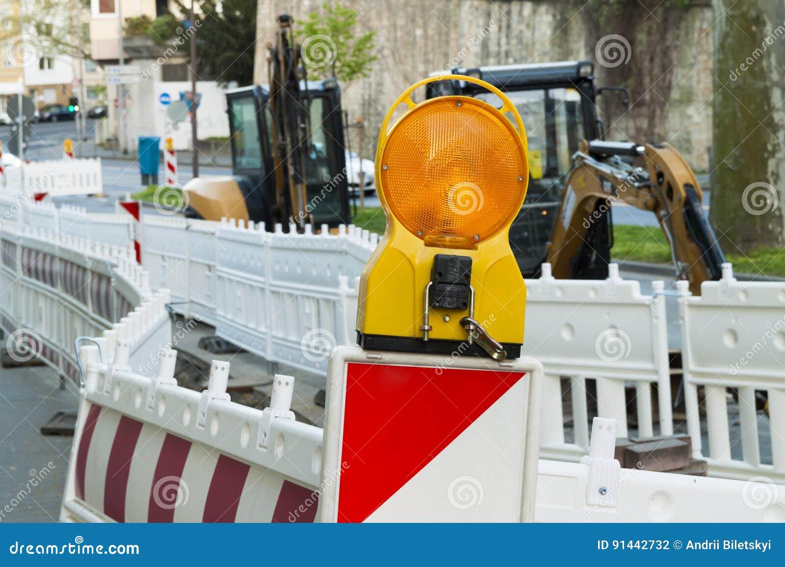 Orange ljus för konstruktionsgatabarriär på barrikaden Vägen lurar
